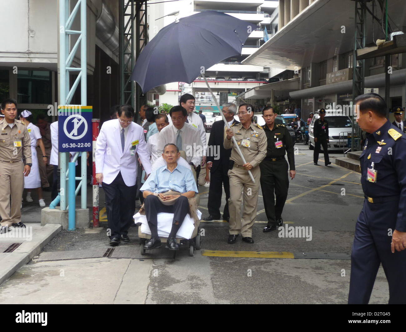 Thailand's revered 81-year-old King Bhumibol Adulyadej makes his first public appearance on October 23, 2009 - Stock Image