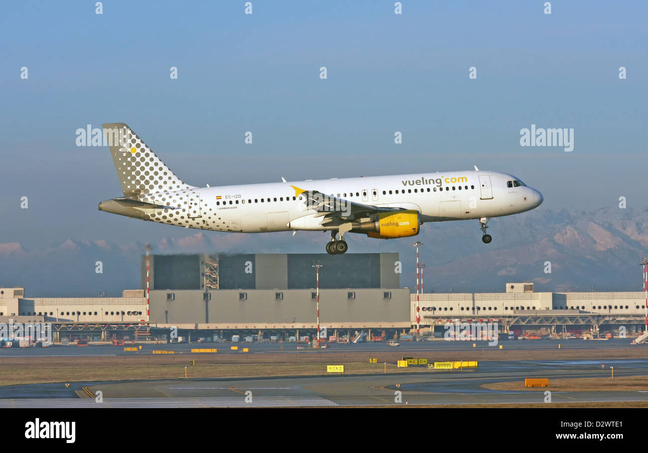 Vueling Airlines, Airbus A320-214 landing - Stock Image
