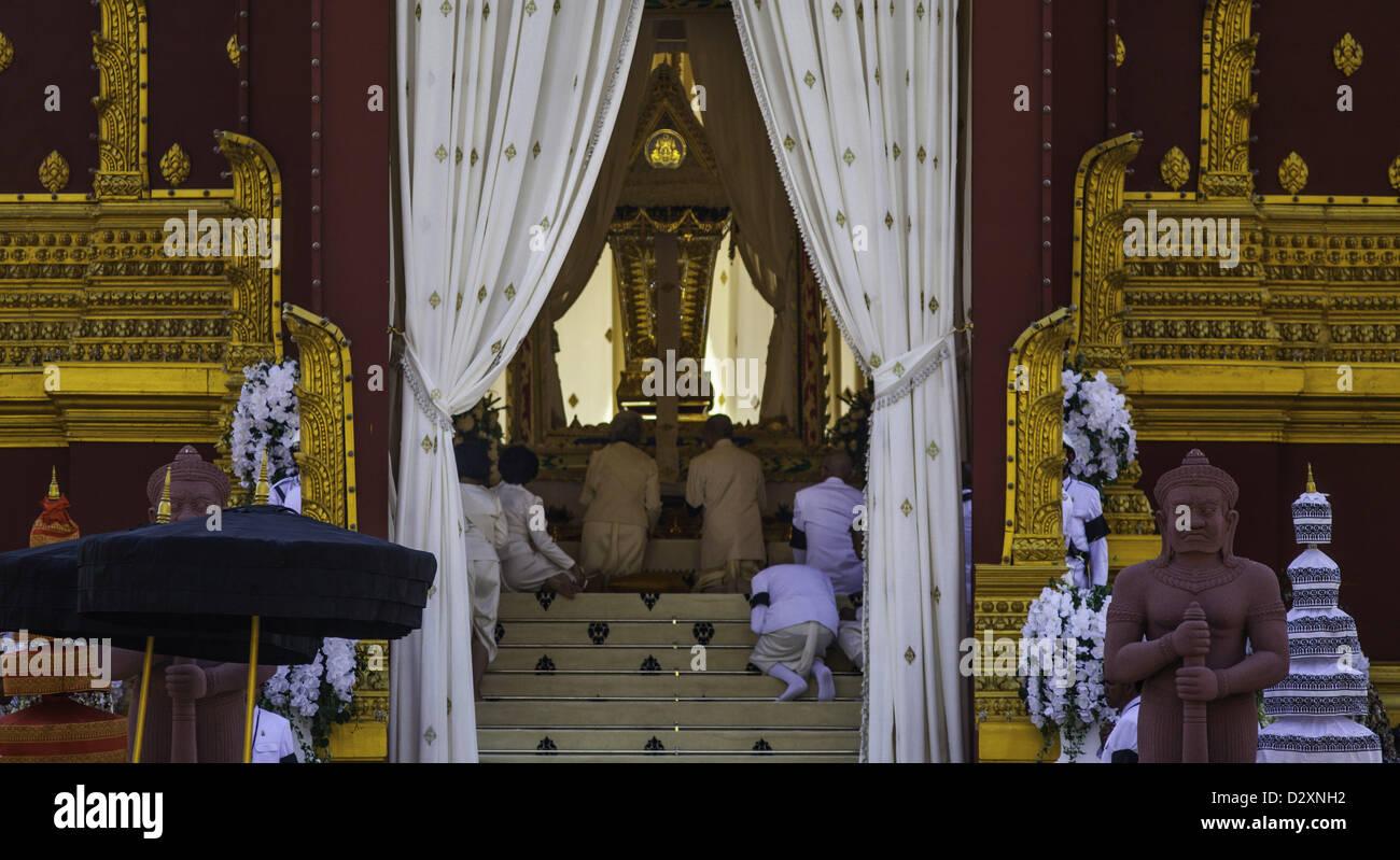 Feb. 4, 2013 - Phnom Penh, Cambodia - Cambodian King Norodom Sihamoni and former Queen Monineath Sihanouk kneel Stock Photo