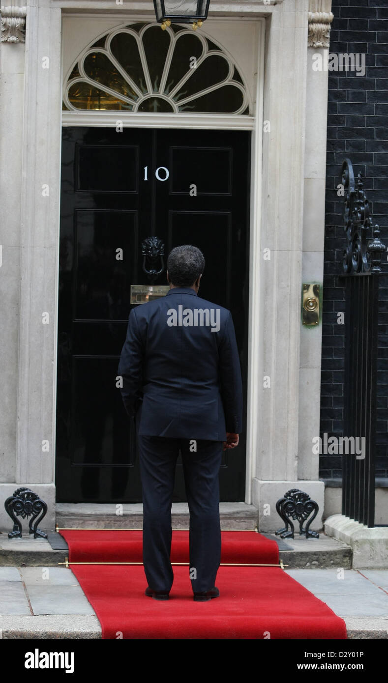 HASSAN SHEIKH MOHAMUD KEPT WAITING OUTSIDE NUMBER 10 PRESIDENT OF SOMALI AT NUMBER 10 DOWNING STREET LONDON ENGLAND - Stock Image