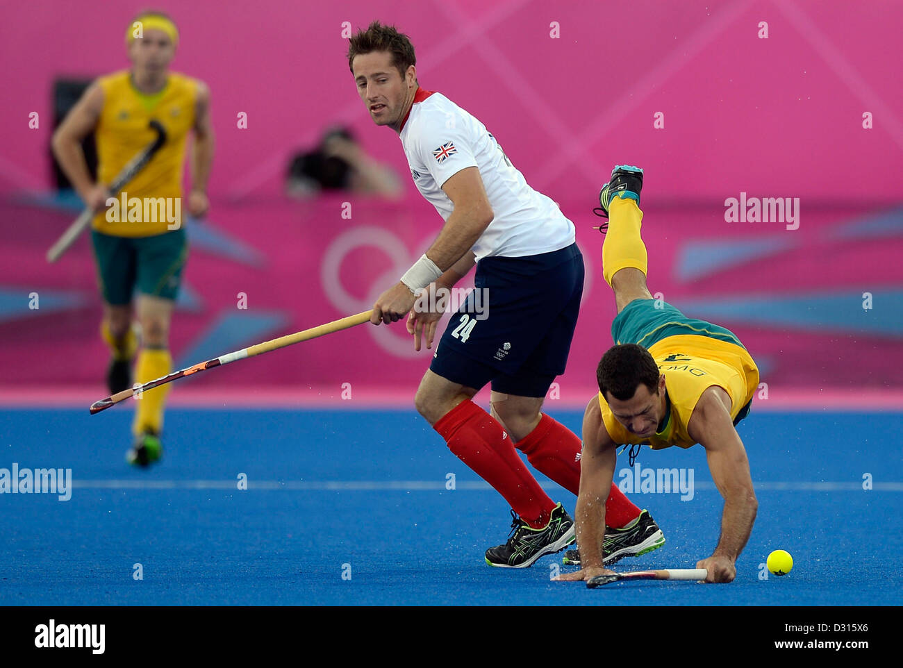 Australia's Jamie Dwyer falls after a tckle from Britain's Iain Lewers. Hockey GBR Vs AUS - Stock Image