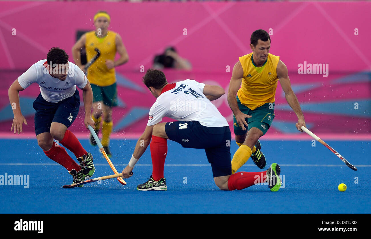 Australia's Jamie Dwyer sends Britain's Iain Lewers a dummy. Hockey GBR Vs AUS - Stock Image