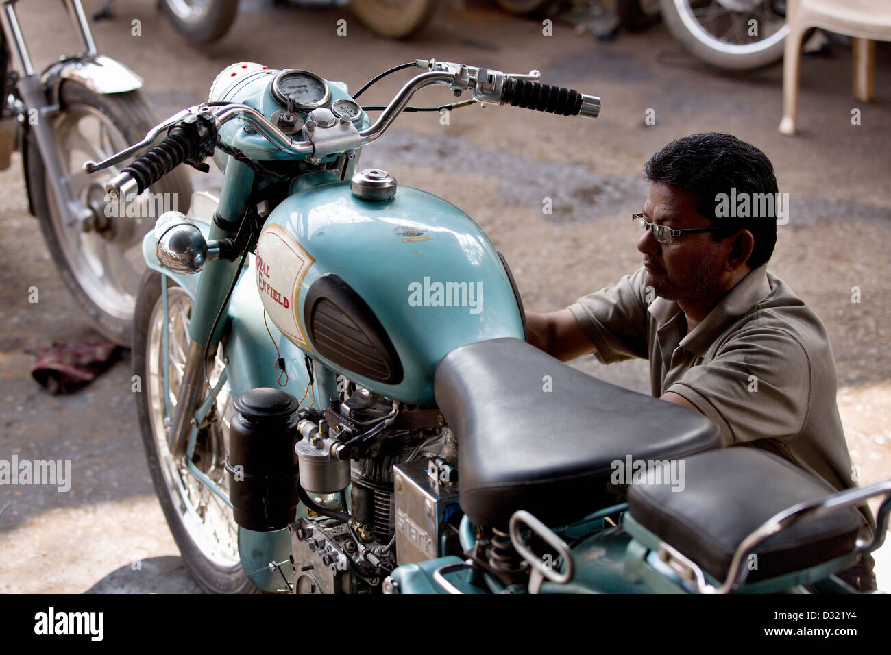 Royal Enfield mechanic Madhya Pradesh India - Stock Image