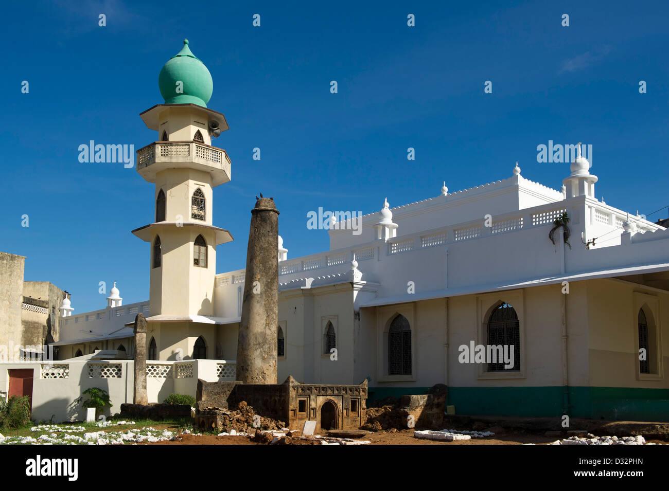 Ancient pillar tomb in front of Juma mosque, Malindi, Kenya - Stock Image