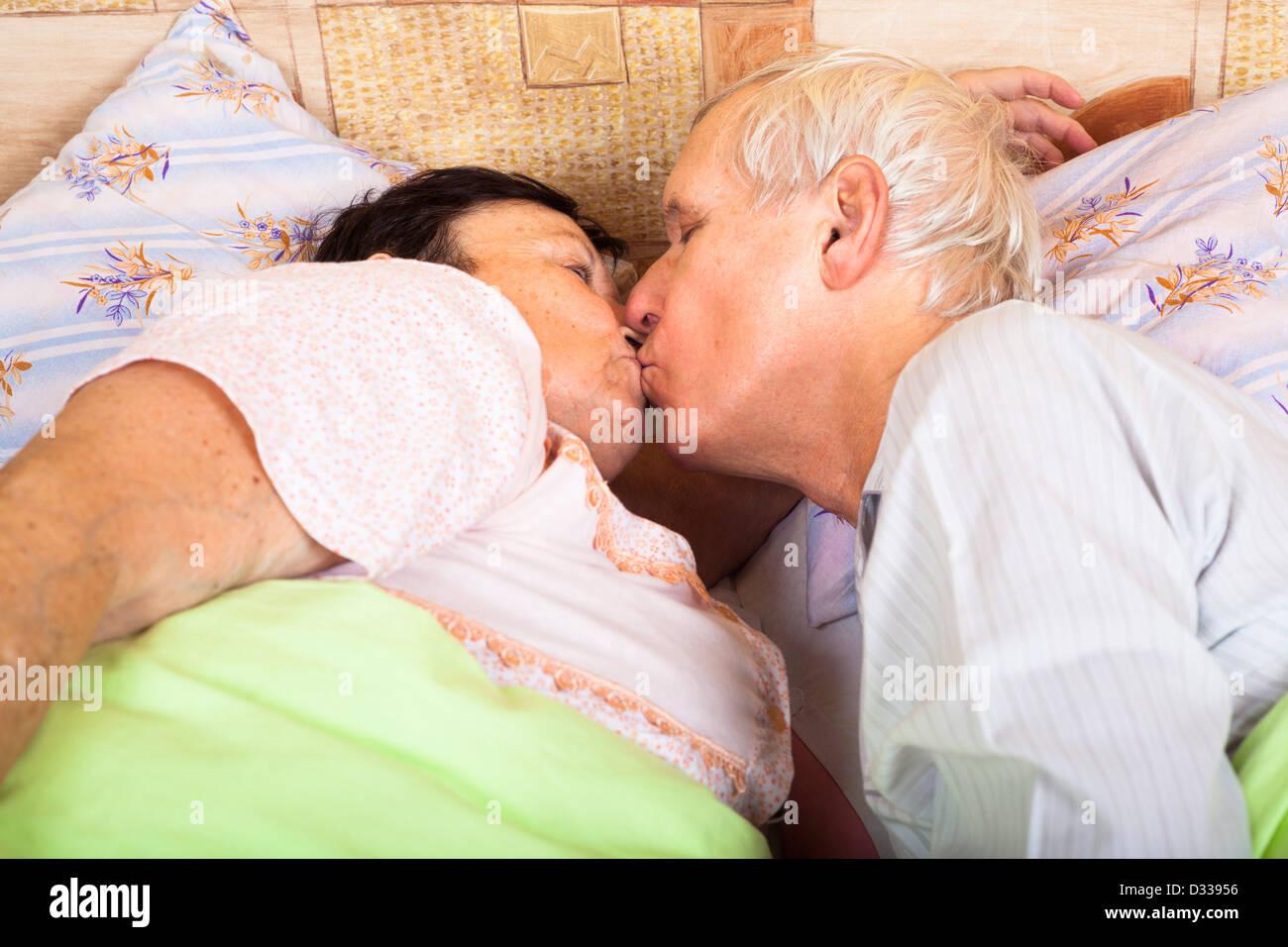 старики целуются и обнимаются в постели