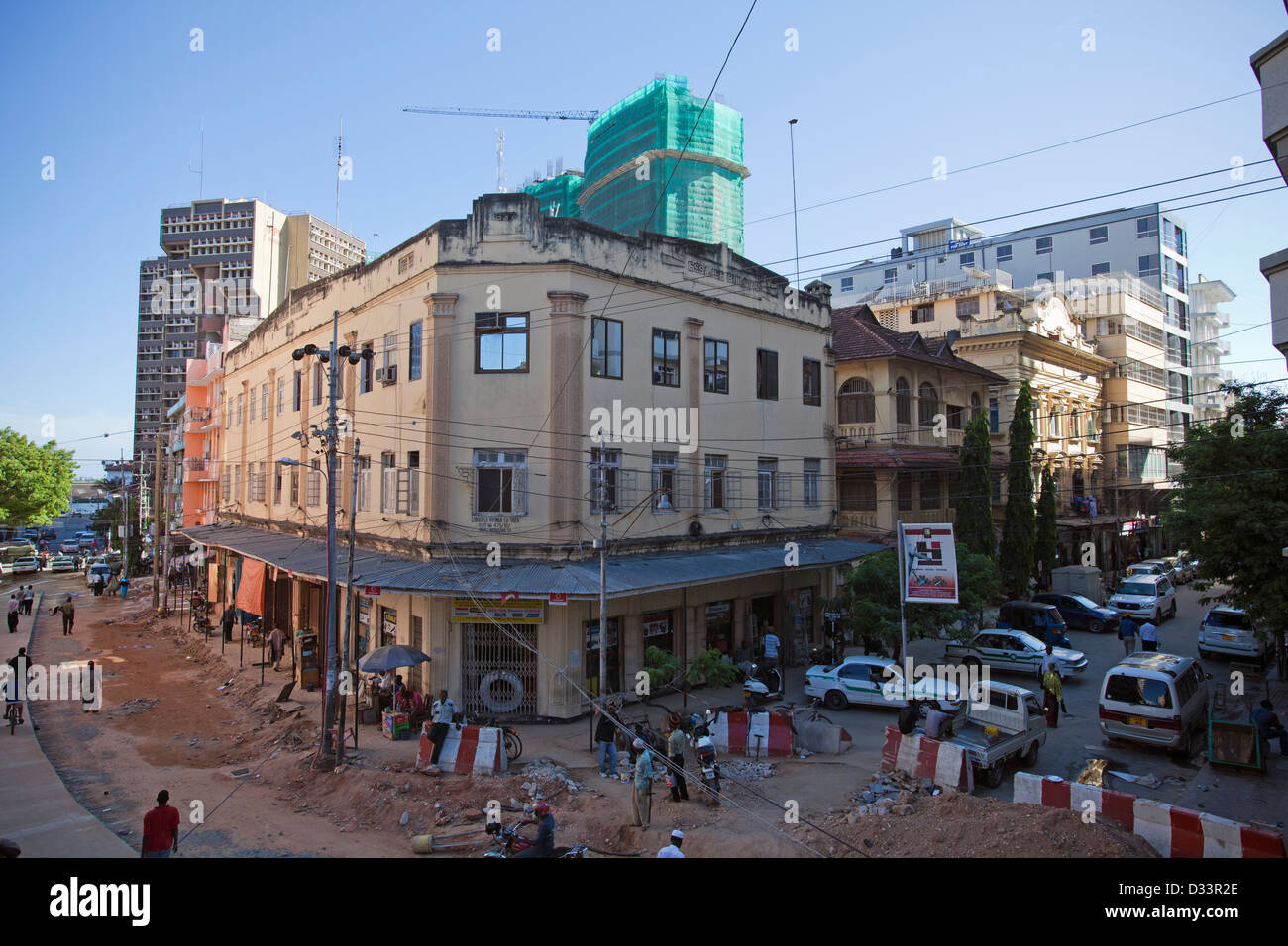 A 1930s Indian built house in downtown Dar es Salaam with modern hi-rise construction in background, Tanzania. - Stock Image