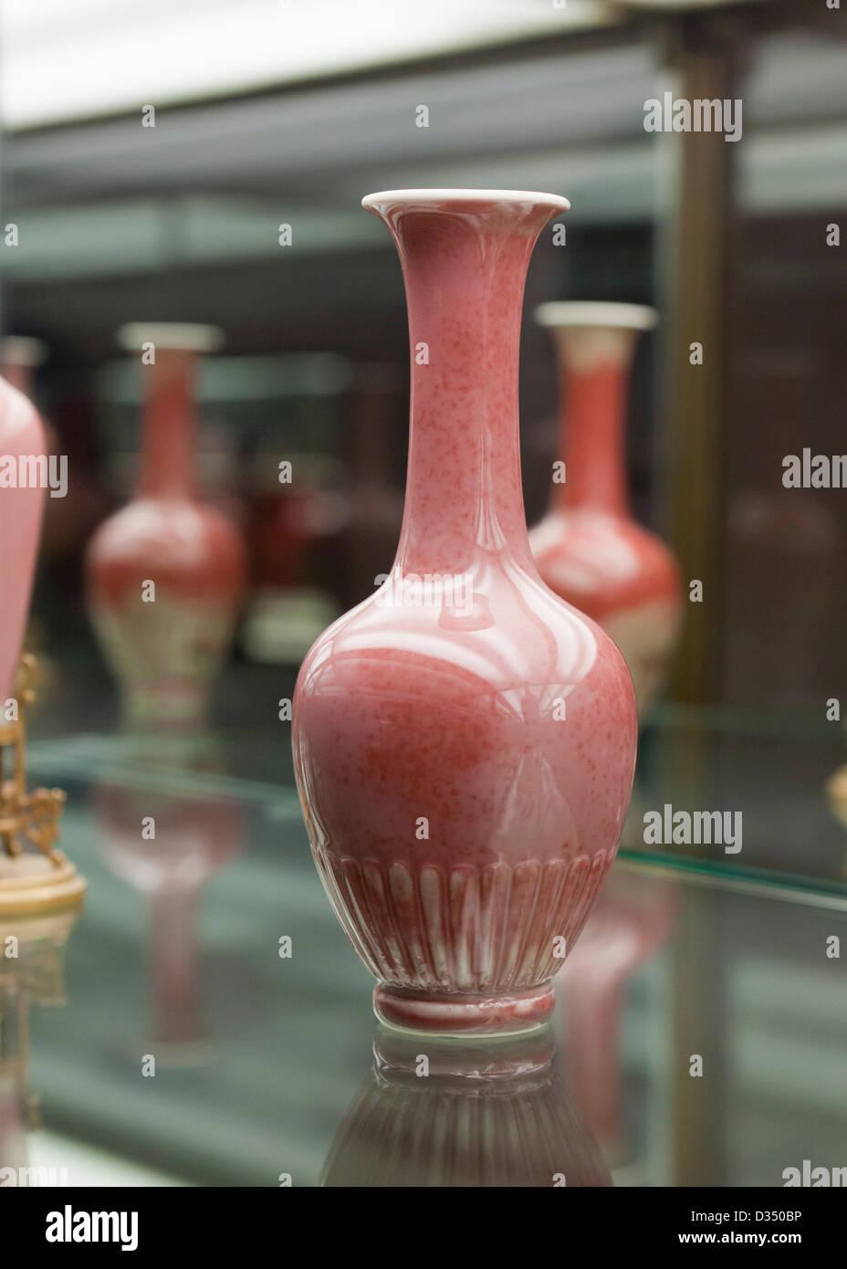 Amphora vase - China, Kangxi Reign, peachbloom mottle glazed porcelain, 17th - 18th century - Stock Image