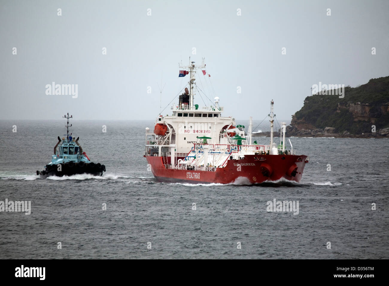 Gas Shuriken - Stealth Gas bulk LPG Carrier entering Port Botany Sydney Australia with the help of a tugboat - Stock Image