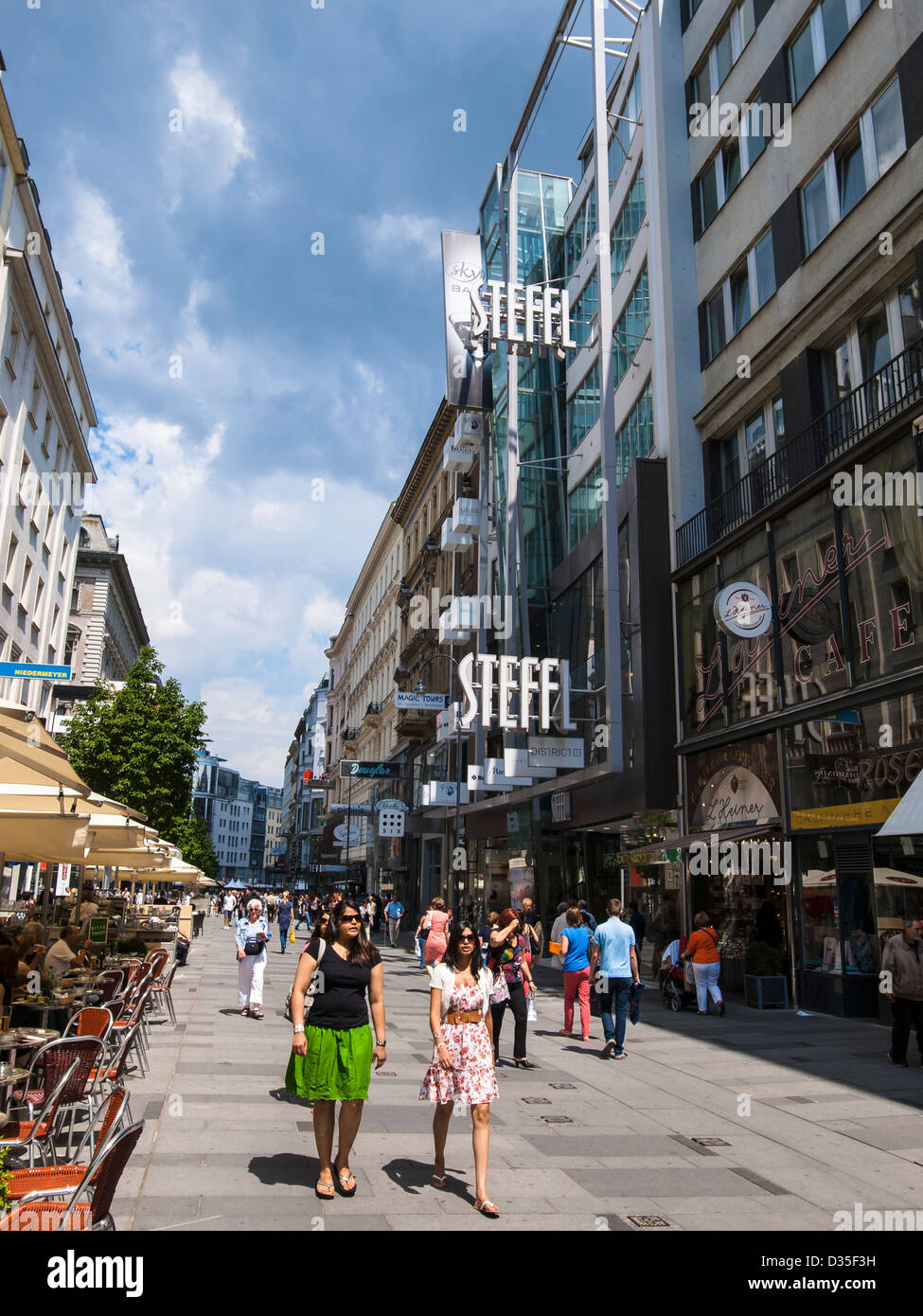993174a6759934 Steffl shopping mall in central Vienna - Stock Image
