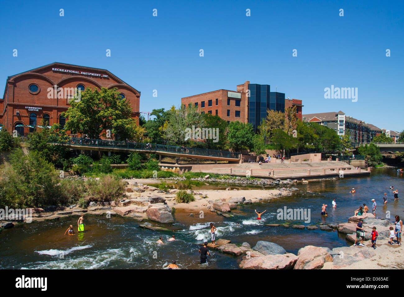 Many people cooling off in the Platte River in Denver near Conluence Park - Stock Image