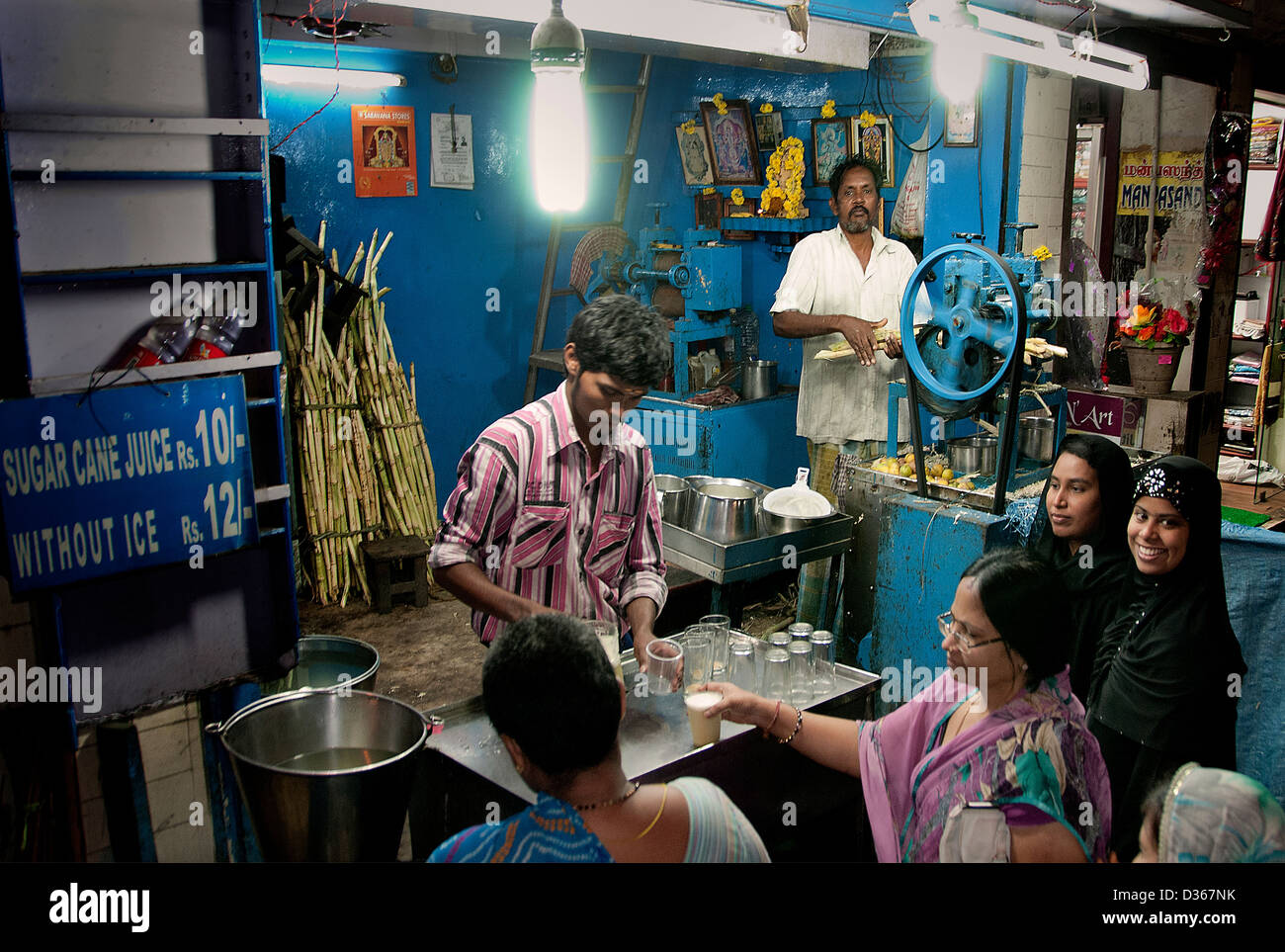 Bazaar center old market Chennai ( Madras ) India Tamil Nadu vendor sugarcane juice popular drink in India - Stock Image