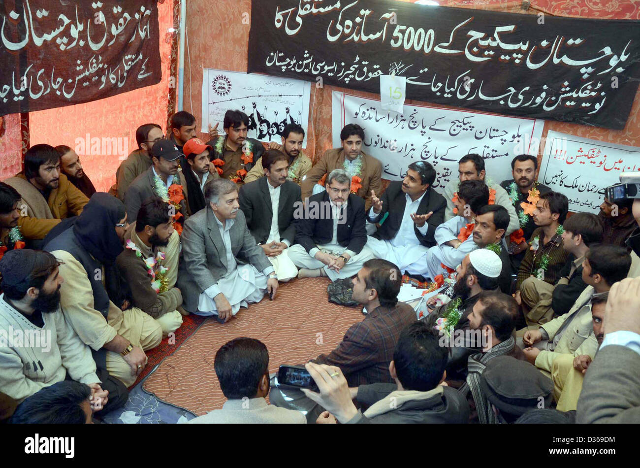 Deputy Commissioner Quetta, Abdul Mansoor Kakar  dialogues with teachers who are sit-in in favor of their demands - Stock Image