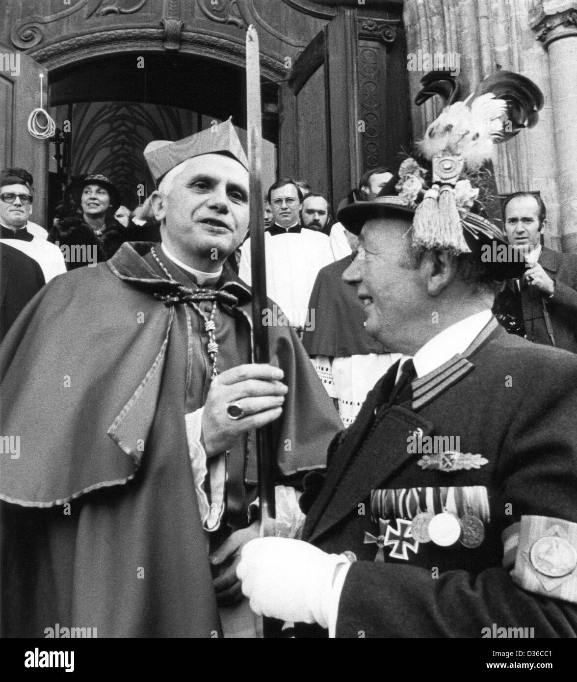 (dpa files) - The German Cardinal Joseph Ratzinger controls the edge of a sabre of Andreas Stadler, a chief of the - Stock Image