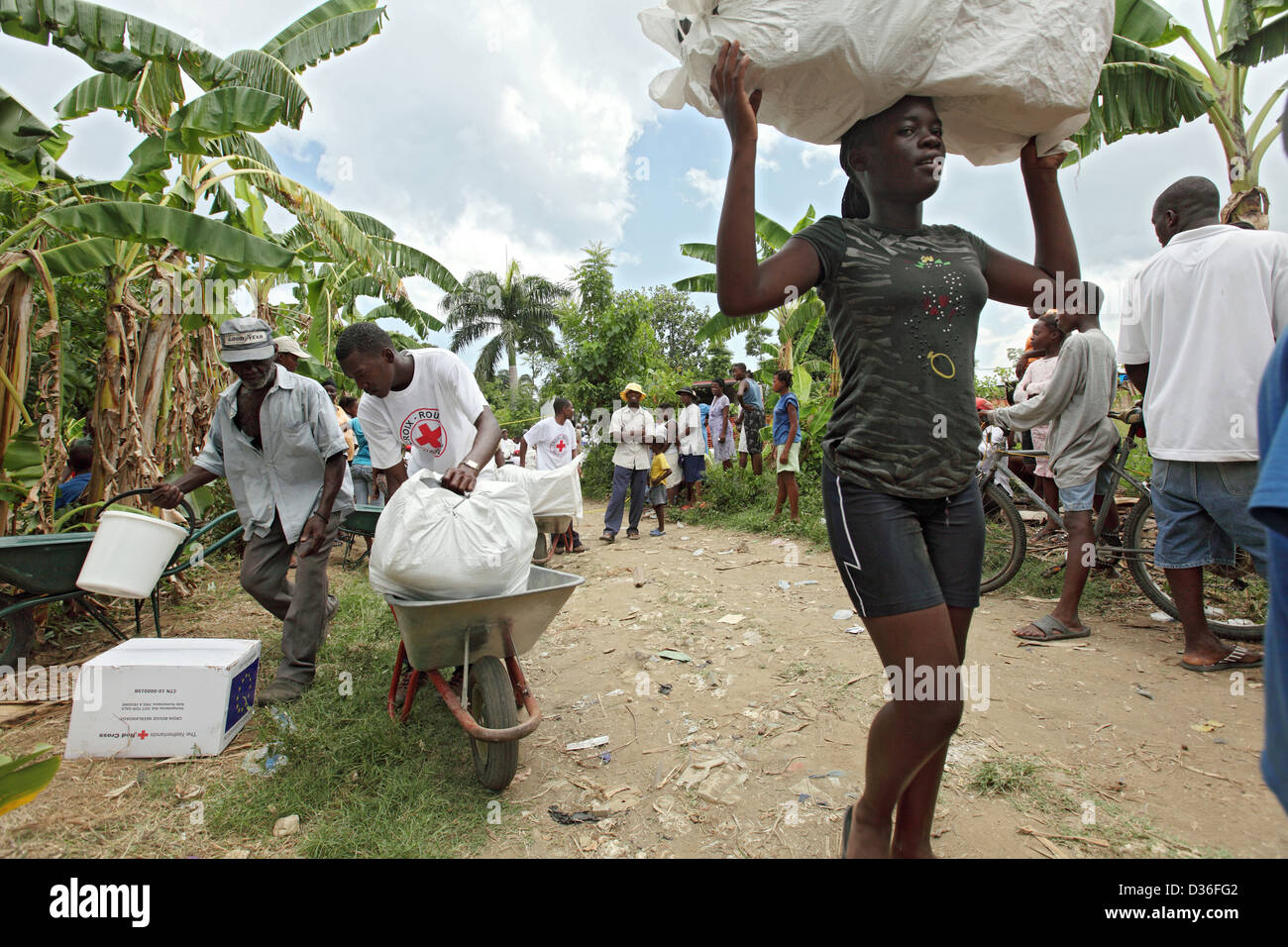 Leogane, Haiti, a woman auxiliary cargoes transported on the head - Stock Image