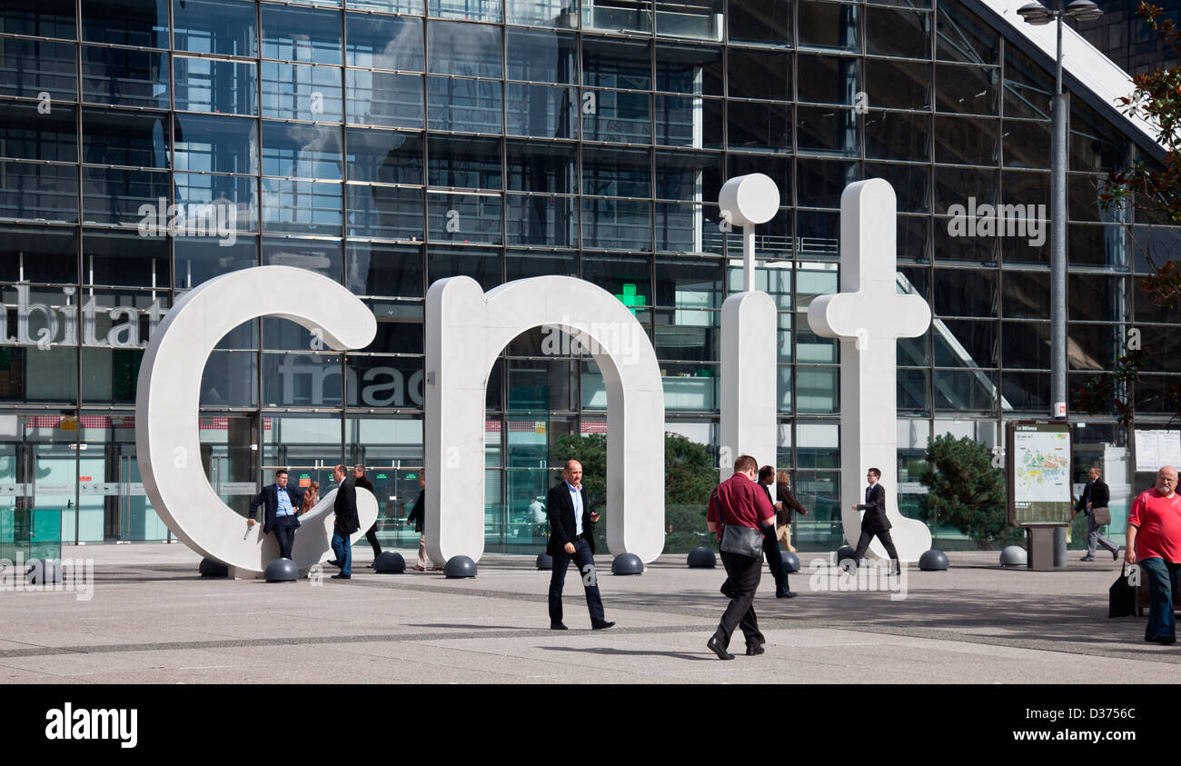 Workers and visitors outside the CNIT building (Centre des nouvelles industries et technologies), La Défense, - Stock Image