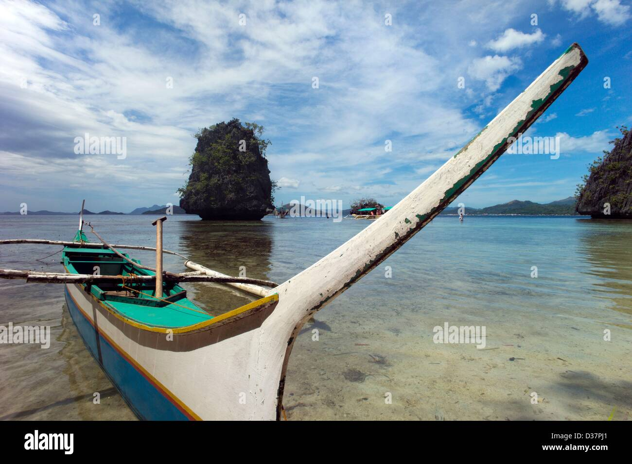 Sandy beach with outrigger boats off the island of Coron, nature reserve Balnek, Coron, Palawan, Philippinen, Asia. Stock Photo