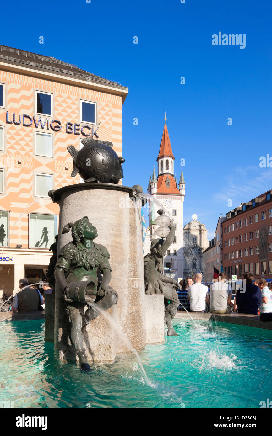 Fish fountain and Altes Rathaus in Marienplatz, Munich, Bavaria, Germany - Stock Image