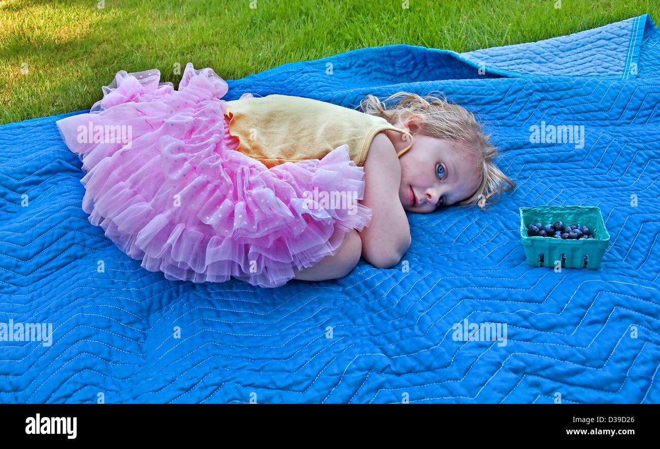 3 Year Old Girl Blanket Stock Photos & 3 Year Old Girl Blanket Stock ...