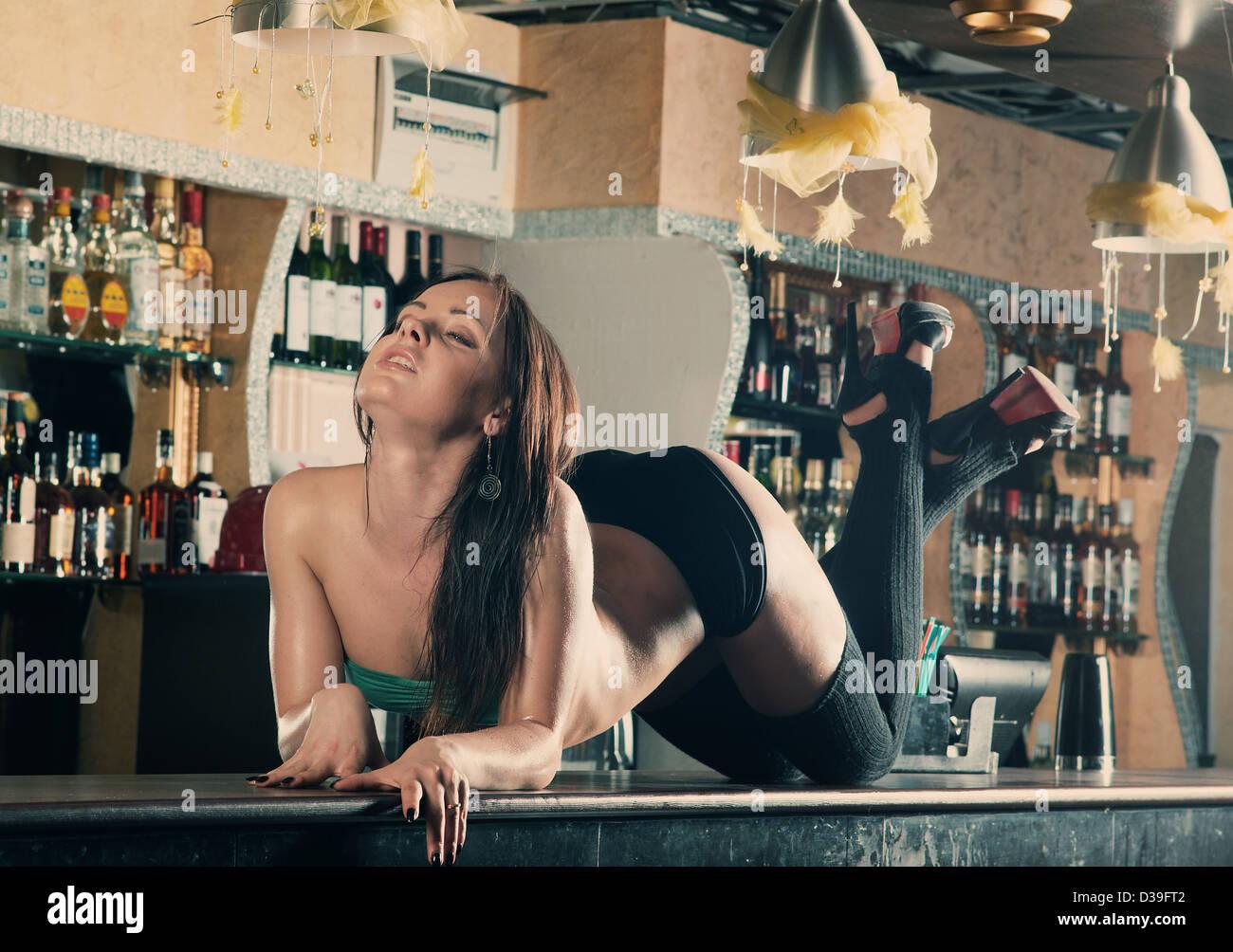Секс за барной стойкой уломал и трахнул, вылизал пилотку красотке онлайн