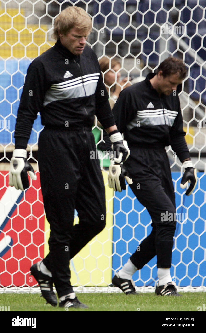 (dpa) - The two goalkeepers of the German national soccer team Oliver Kahn and Jens Lehmann (L-R) warm themselves - Stock Image