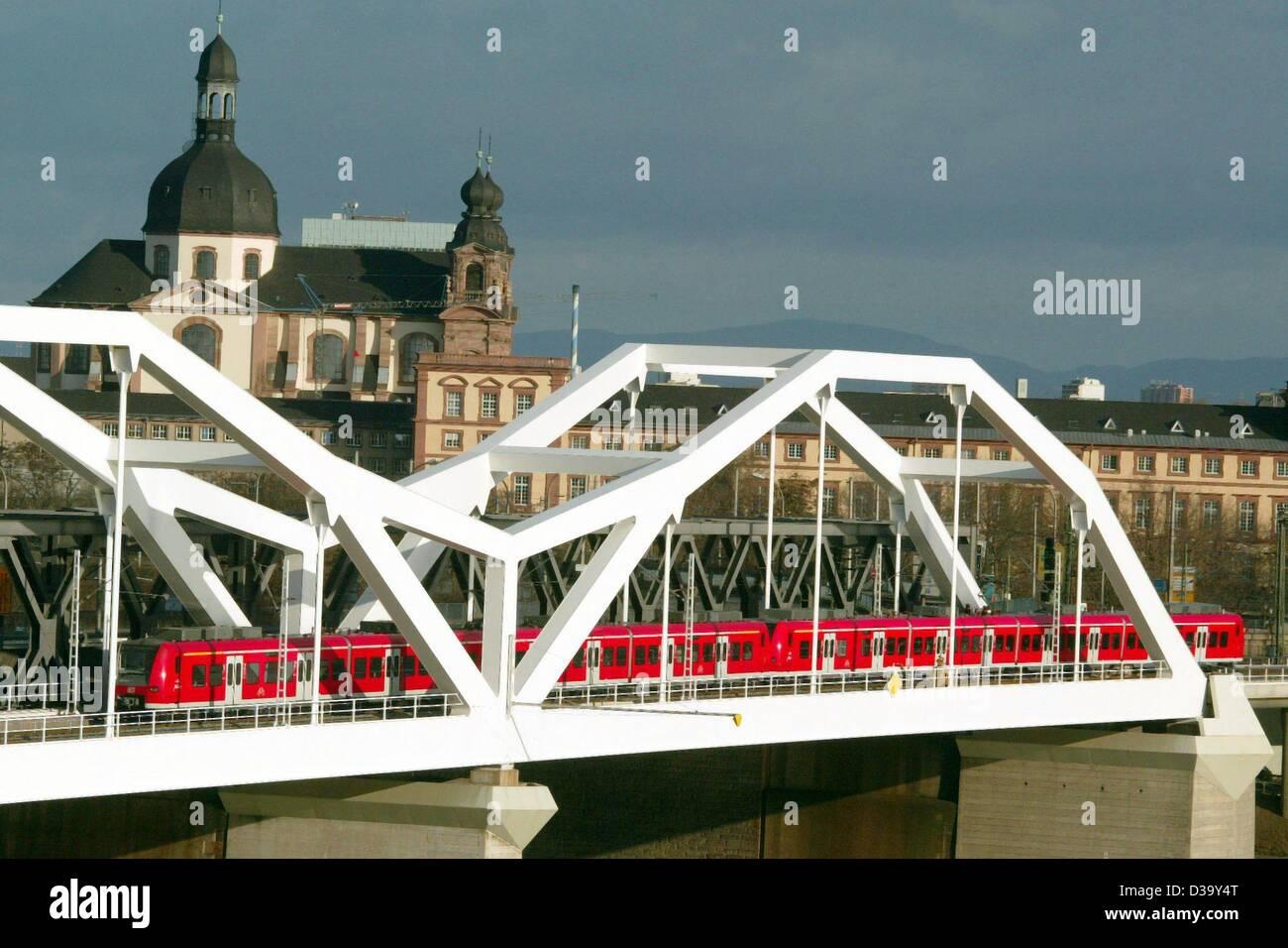 (dpa) - A S-Bahn service crosses the railway bridge across the River Rhine between Ludwigshafen and Mannheim, Germany, Stock Photo