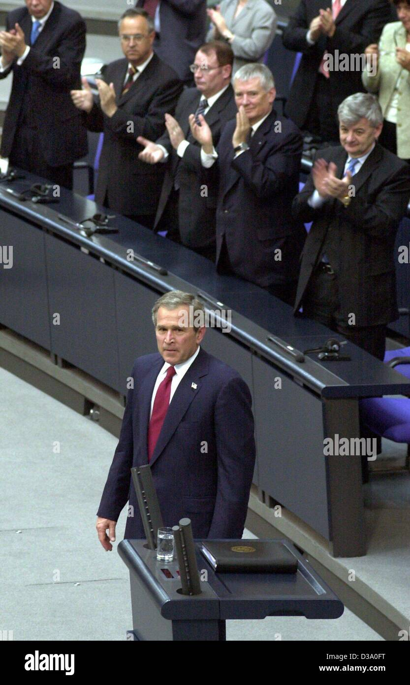(dpa) - US President George W. Bush gets standing ovations following his speech in German parliament, the Bundestag, - Stock Image