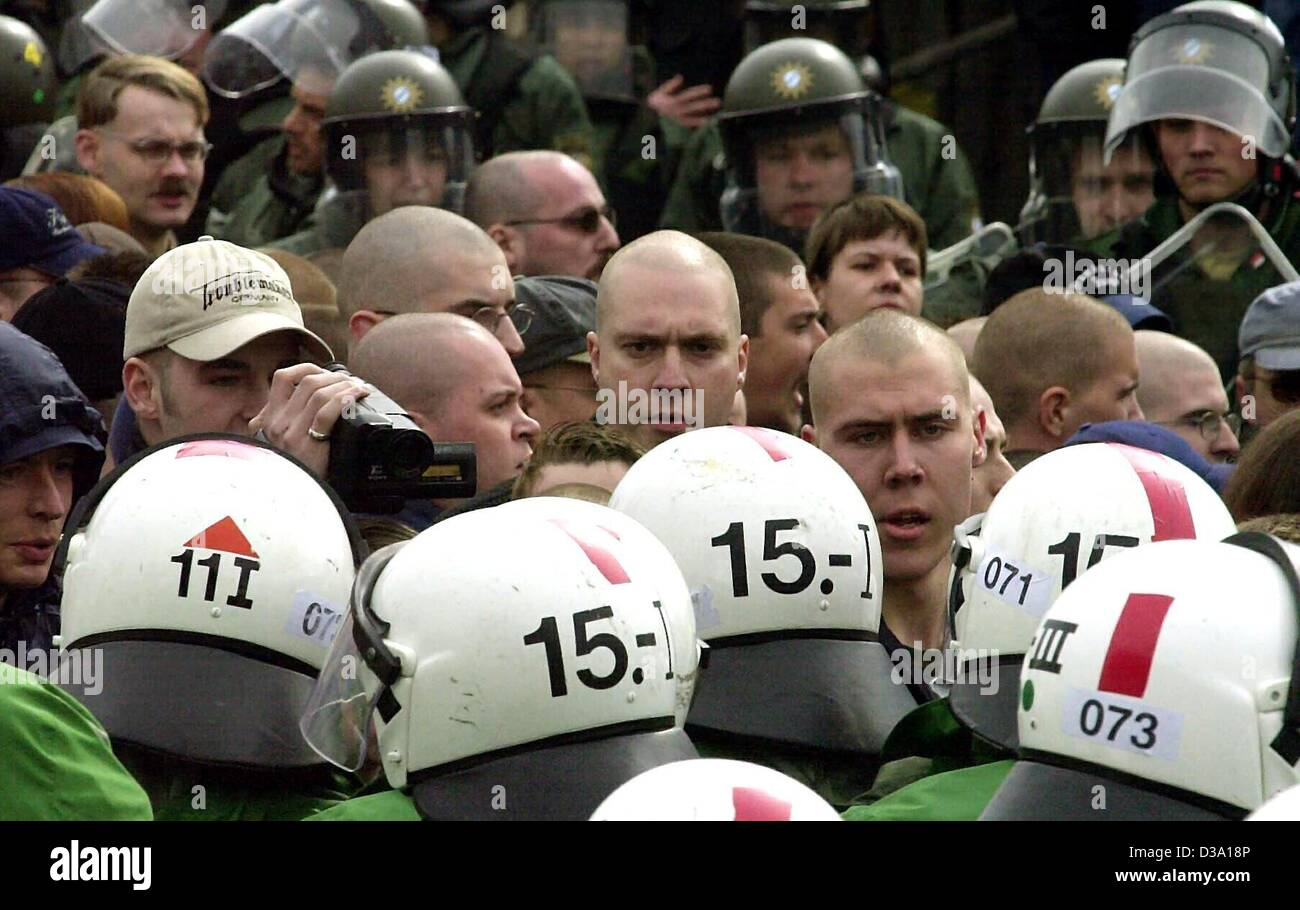 (dpa) - Policemen encircle neo-Nazis during an authorized rally in Frankfurt, 1 May 2002. The rally was later prohibited - Stock Image