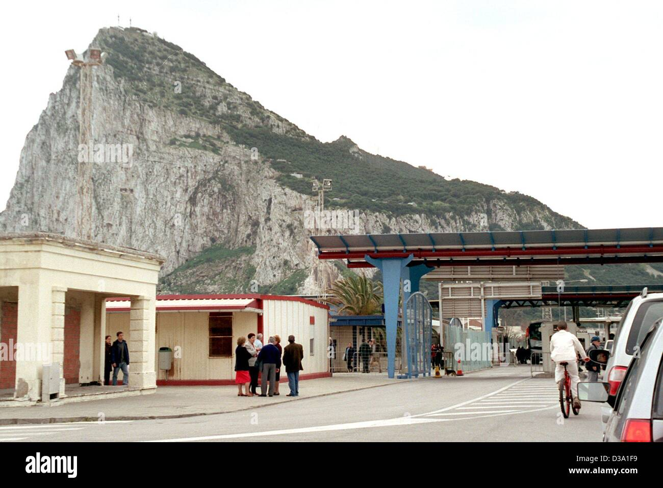 (dpa) - The border crossing between Spain and Gibraltar, 18 March 2002. The rock of Gibraltar has been a British Stock Photo