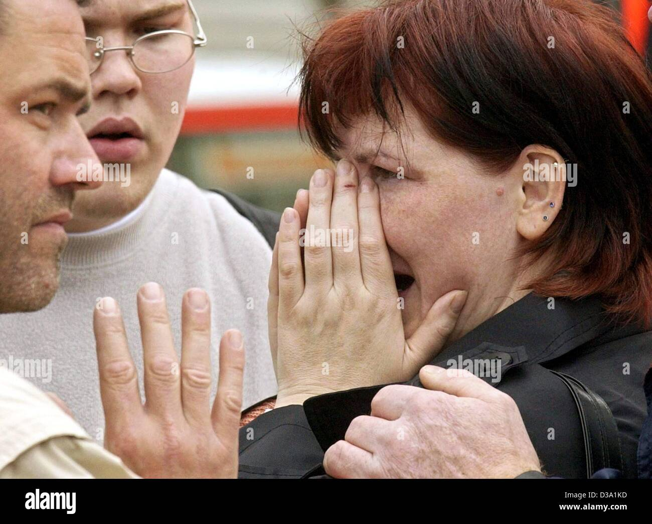 (dpa) - Relatives are crying in fear for their beloved in front of the Erfurt 'Gutenberg Gymnasium', 26 - Stock Image