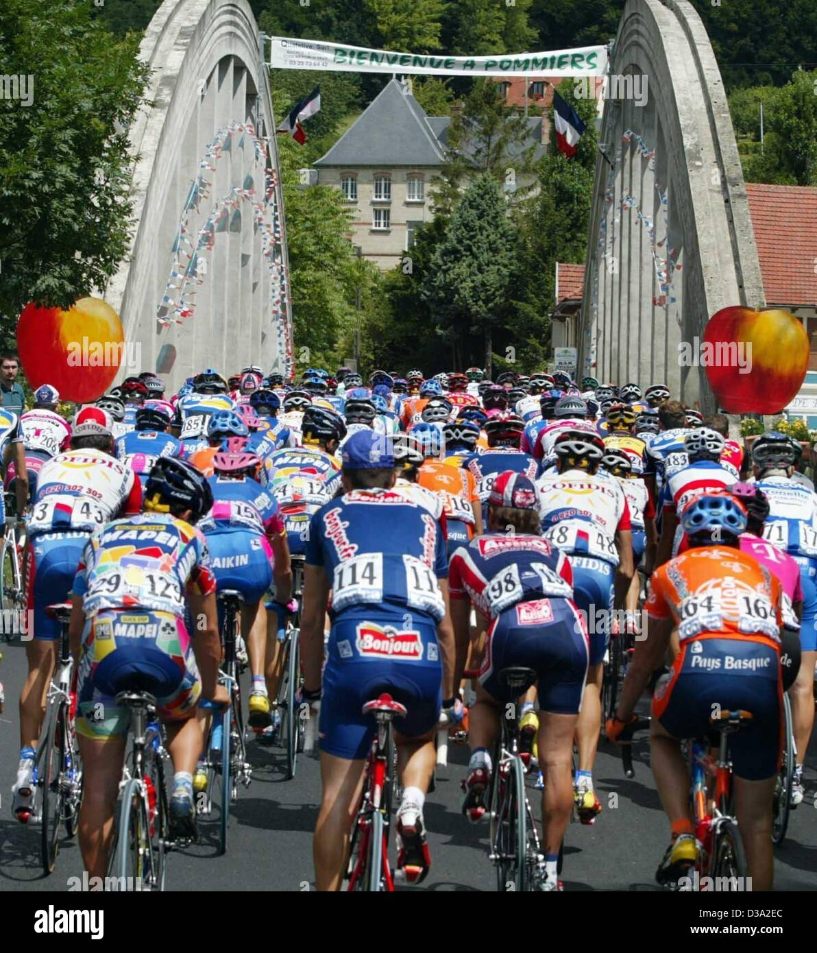 (dpa) - Backview of  cyclists crossing the bridge in Soisson during the 5th stage of the Tour De France from Soisson - Stock Image