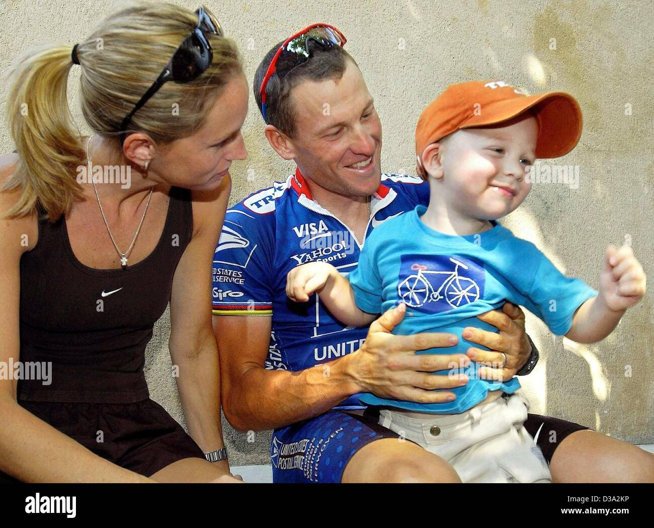 (dpa) - US Lance Armstrong jokes with his son Luke who is sitting on his lap while his wife Kristin looks on before - Stock Image