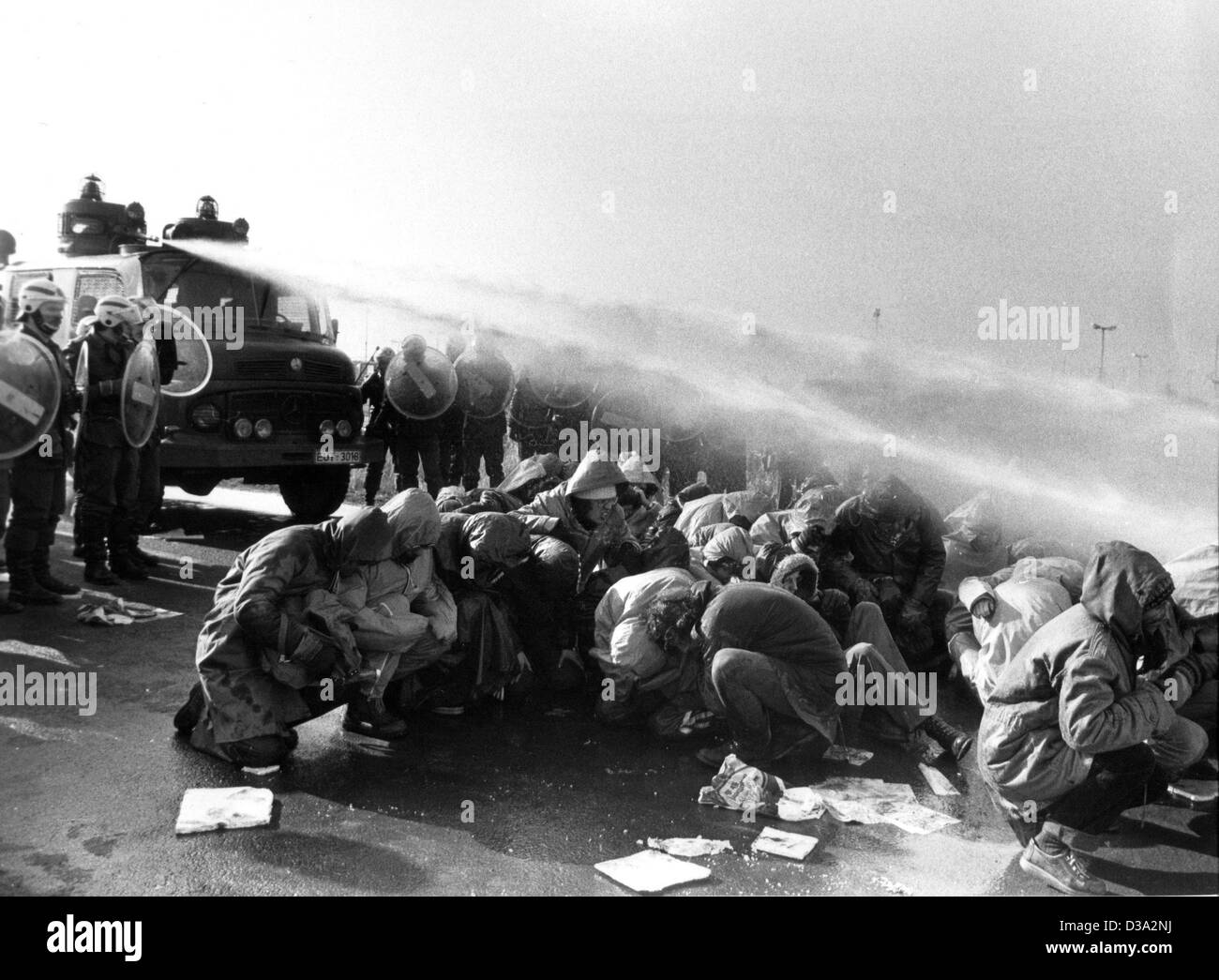 (dpa files) - Police use water canons against a blockade of demonstrators, who block the access road to the building - Stock Image