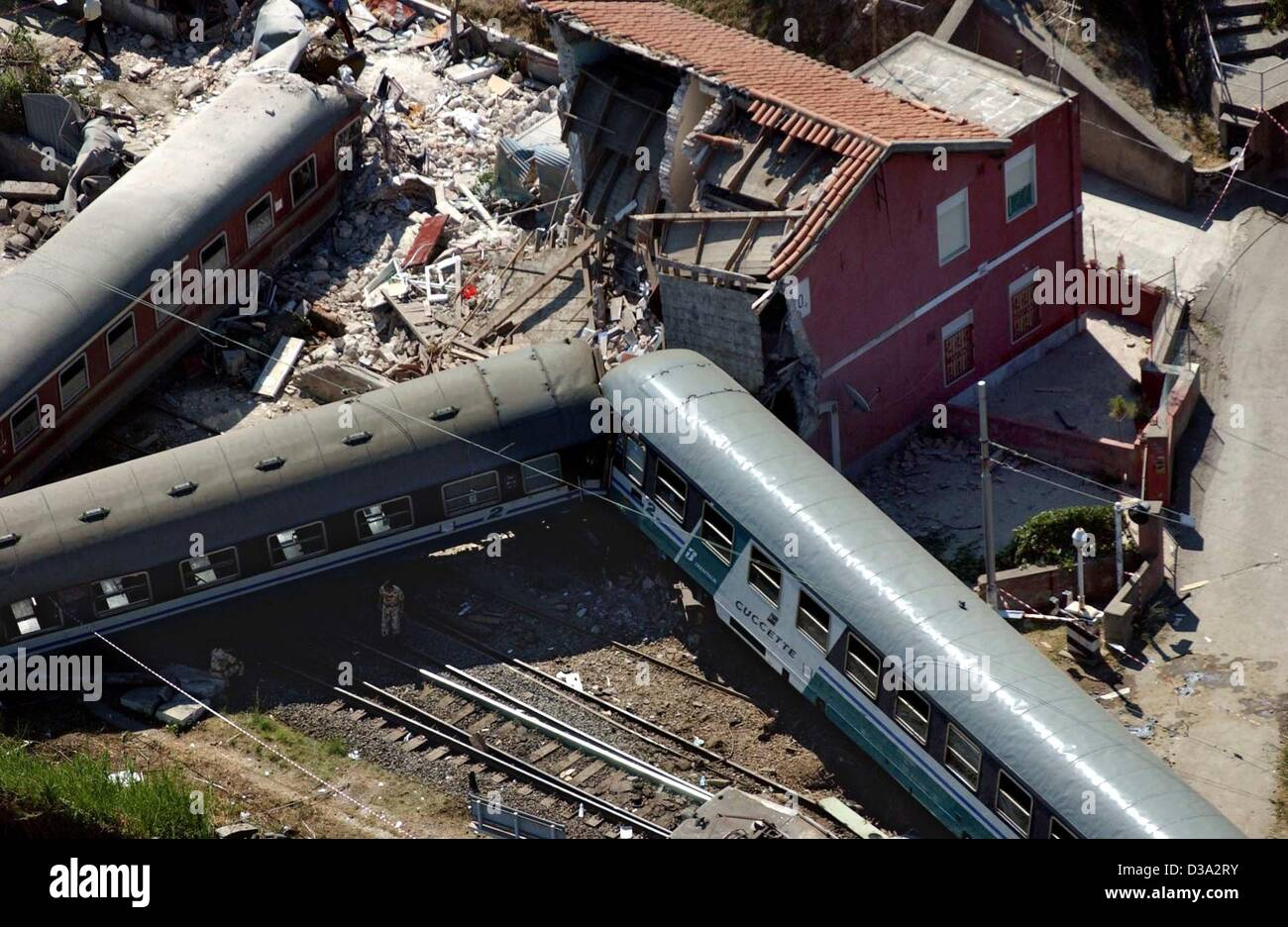 (dpa) - An aerial view of the derailed waggons in front of the destroyed but uninhabited signalman's house in - Stock Image