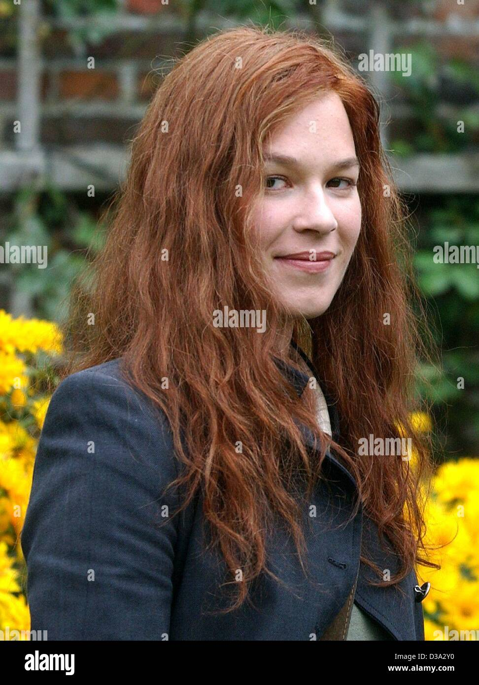(dpa) - German film star Franka Potente smiles in Ochtrup, Germany, 19 July 2002. After her first leading Hollywood - Stock Image