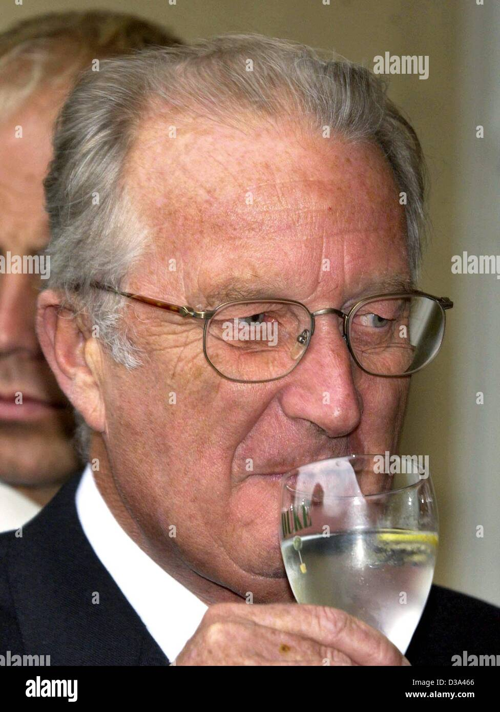 (dpa) - Belgian King Albert II drinks mineral water from a glass, pictured in Cologne, Germany, 7 June 2002. - Stock Image