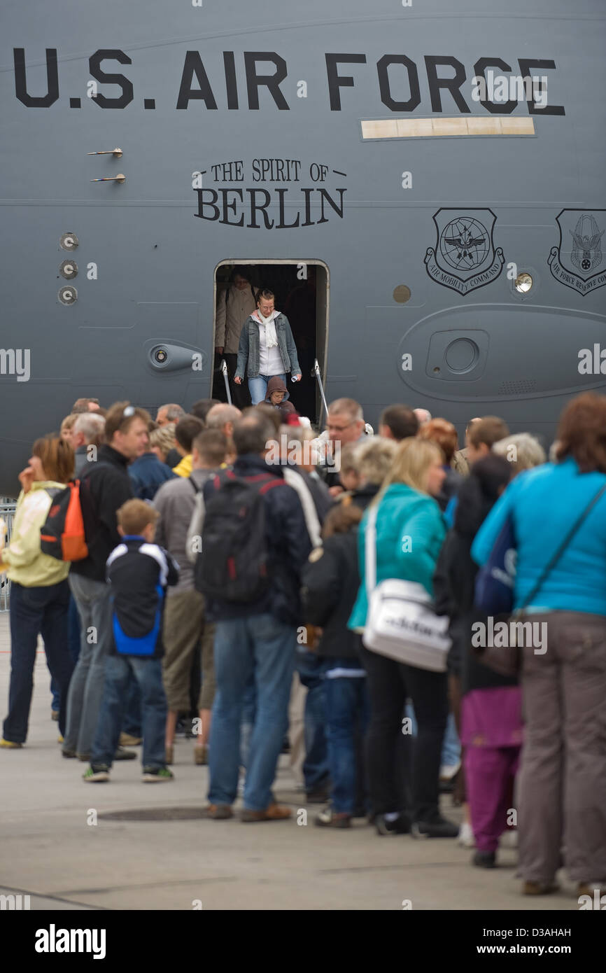 Schoenefeld, Germany, the queue in front of a military plane of the U.S. Air Force Stock Photo