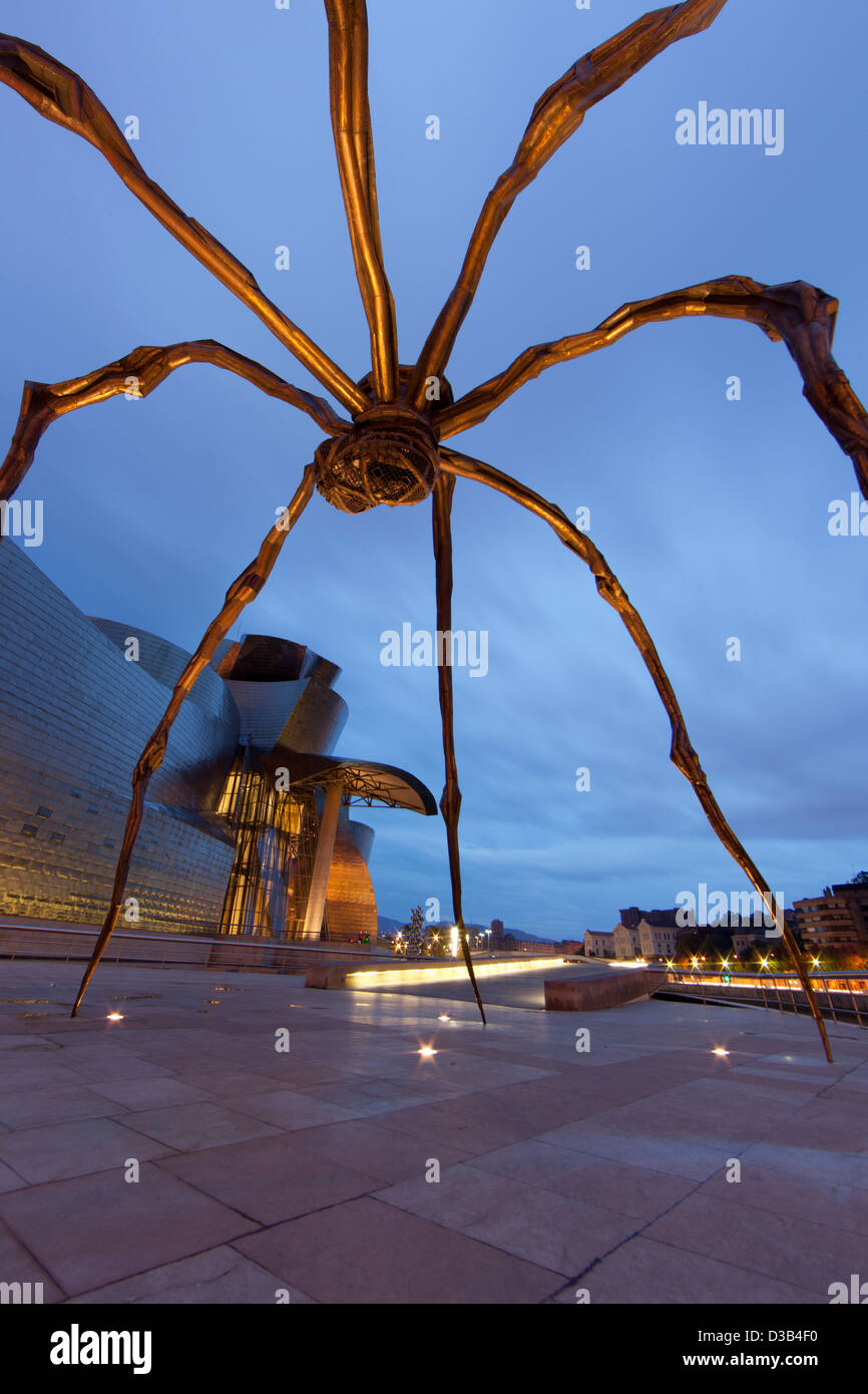 The Guggenheim Museum and spider statue at dusk, Bilbao, Biscay, Spain, Basque country. - Stock Image