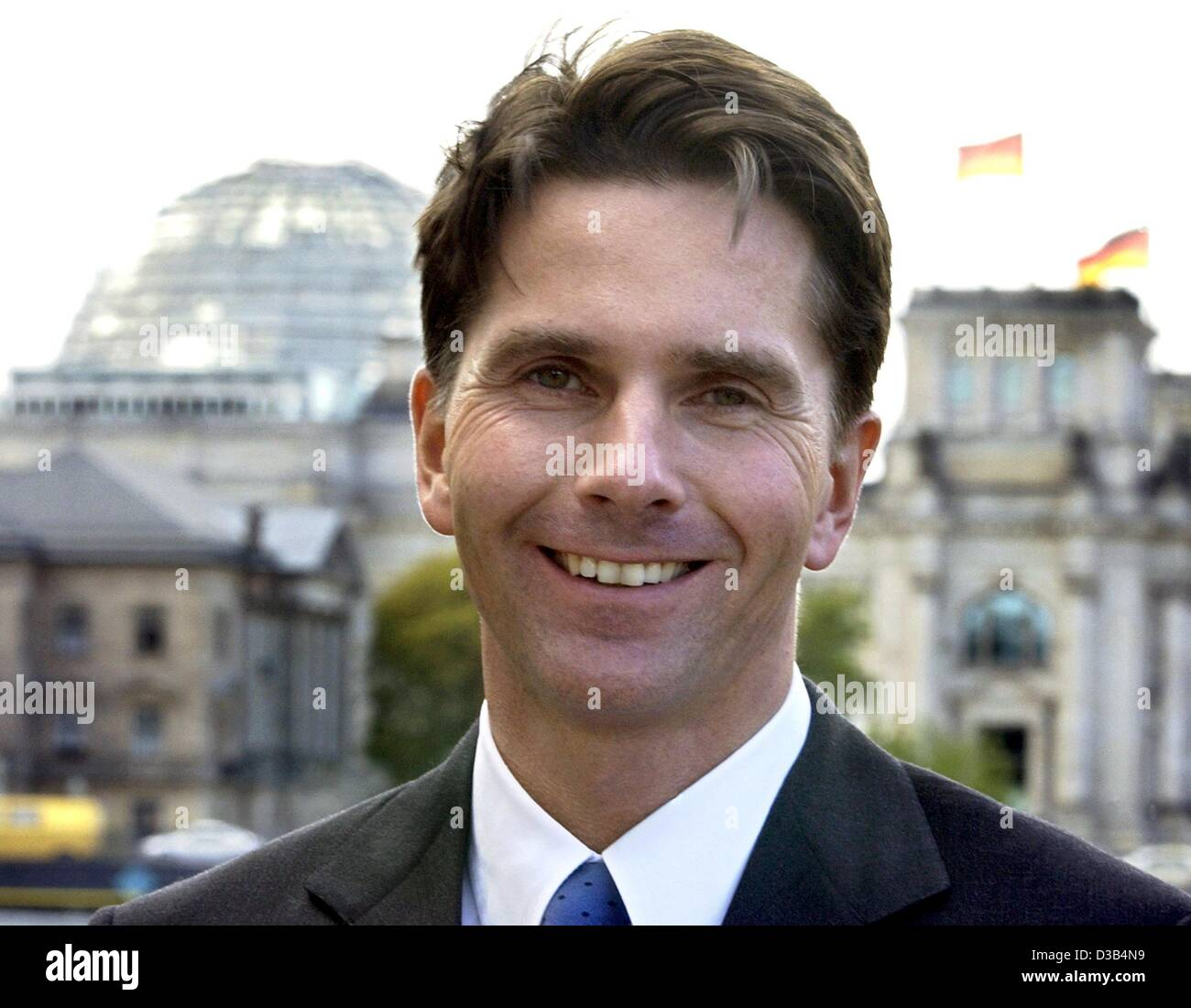 (dpa) - Bela Anda, new Government Spokesman of Chancellor Schroeder, pictured in front of the Reichstag building - Stock Image