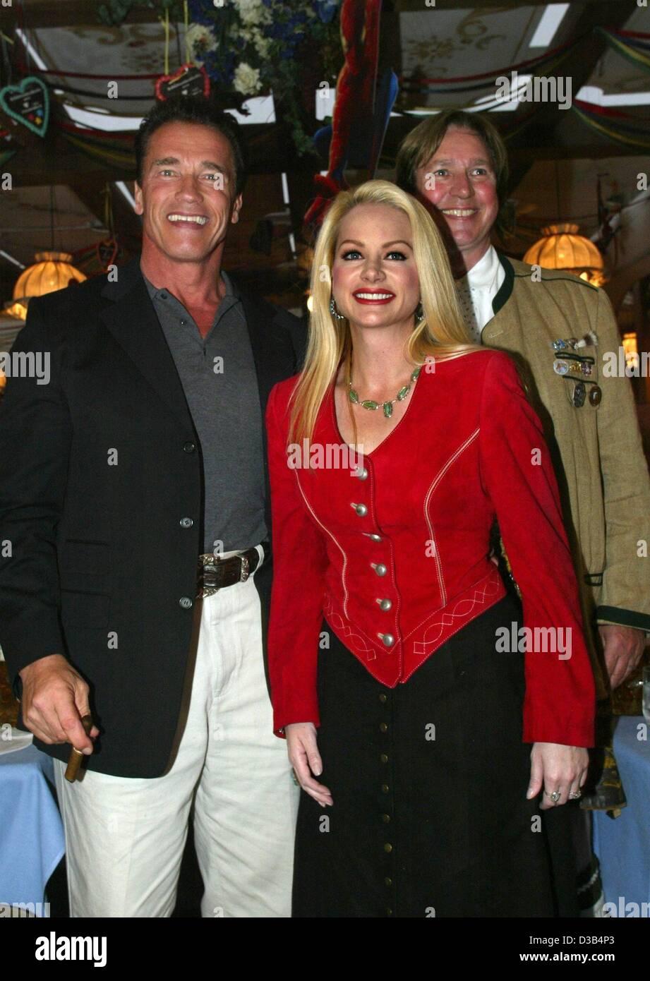 (dpa) - Austrian Hollywood star Arnold Schwarzenegger (L), Juergen Schau, Managing Director of distributor Columbia Stock Photo