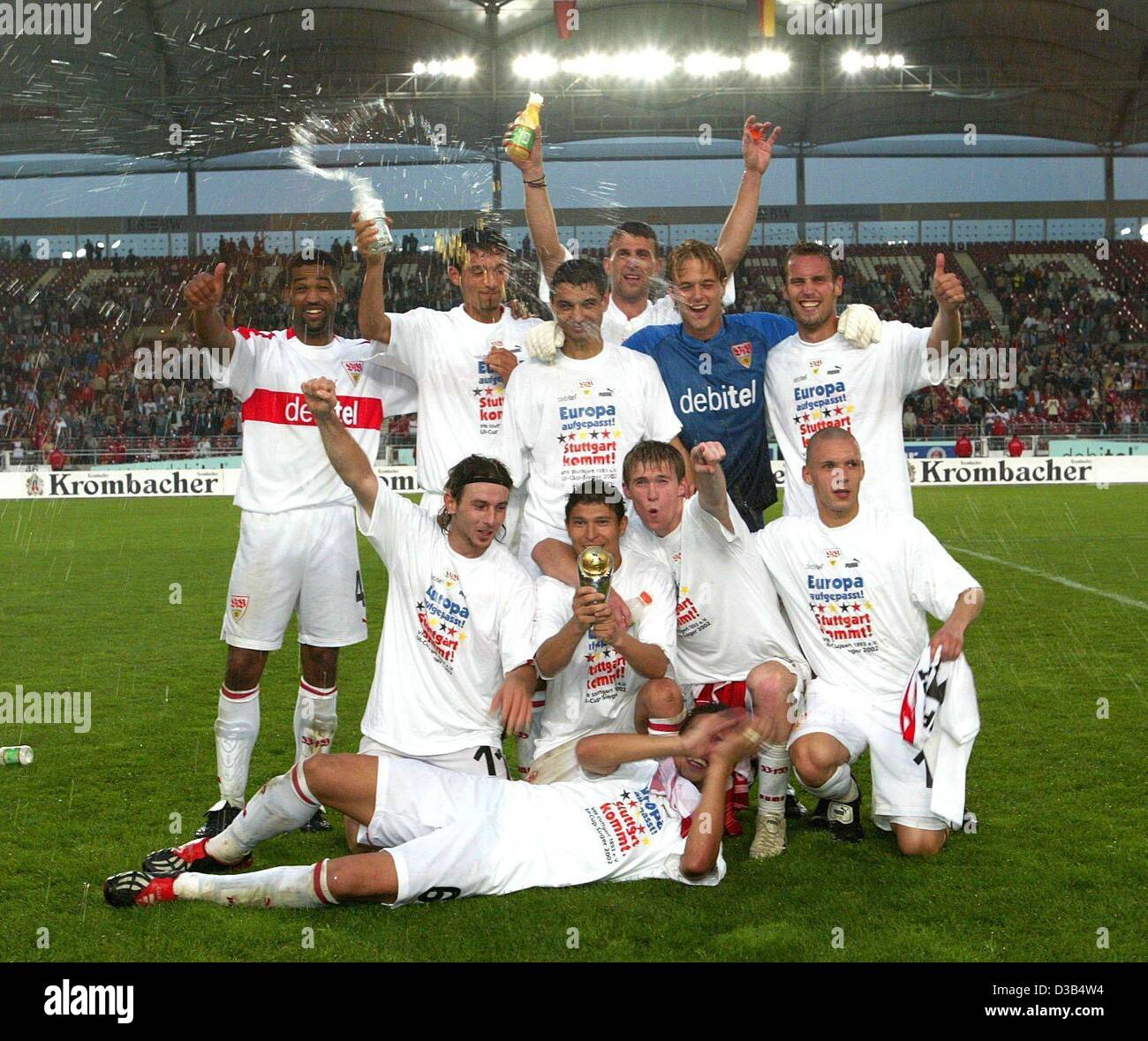 (dpa) - The players of VfB Stuttgart pose for a team picture in the Daimler stadium in Stuttgart, Germany, 27 August - Stock Image