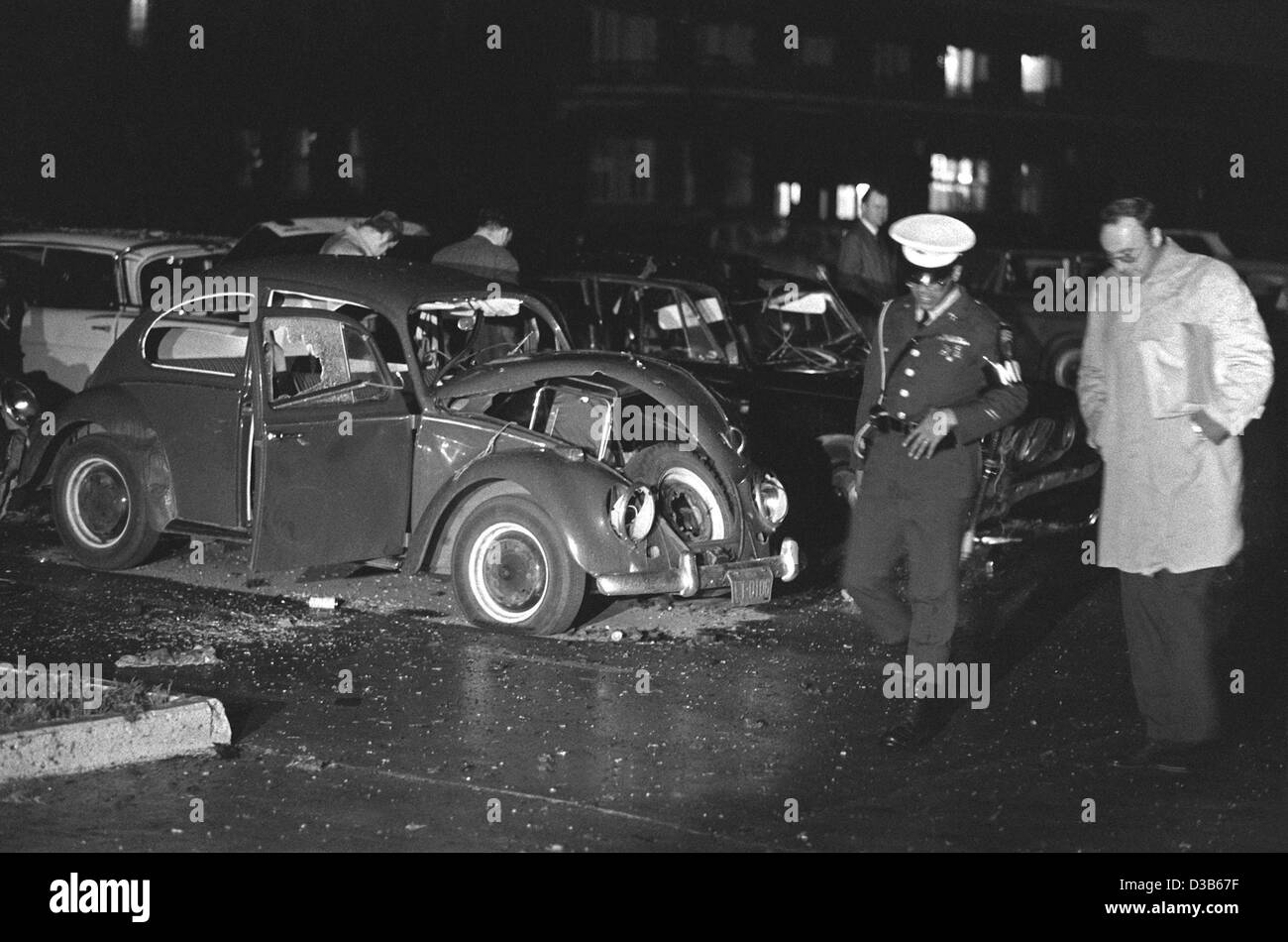 (dpa files) - A German police officer and an officer of the US military police pictured in front of the wrecked - Stock Image