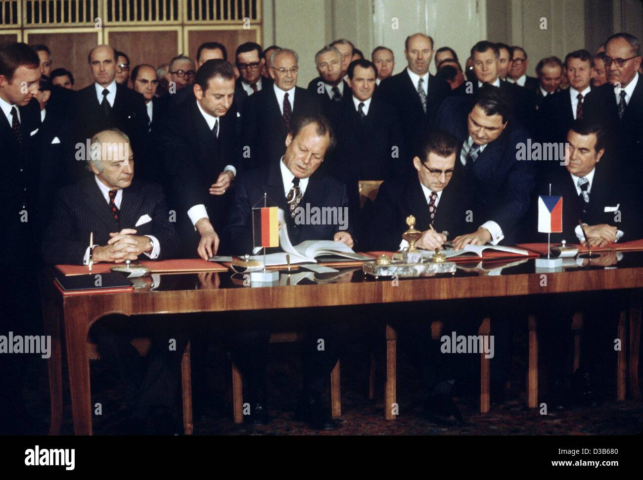 (dpa files) - German and Czechoslovakian political leaders sign the German-Czechoslovakian Treaty on Normalized - Stock Image