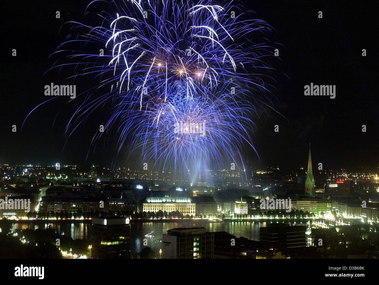 (dpa) - Fireworks illuminate the sky over Hamburg, 31 August 2002. The firework marks the end of the 27th 'Alstervergnuegen' - Stock Image