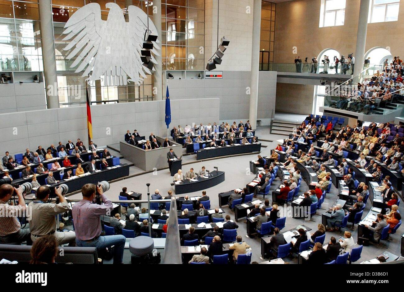 (dpa) - The members of parliament listen to a speech by German Chancellor Gerhard Schroeder (C) in the Bundestag - Stock Image