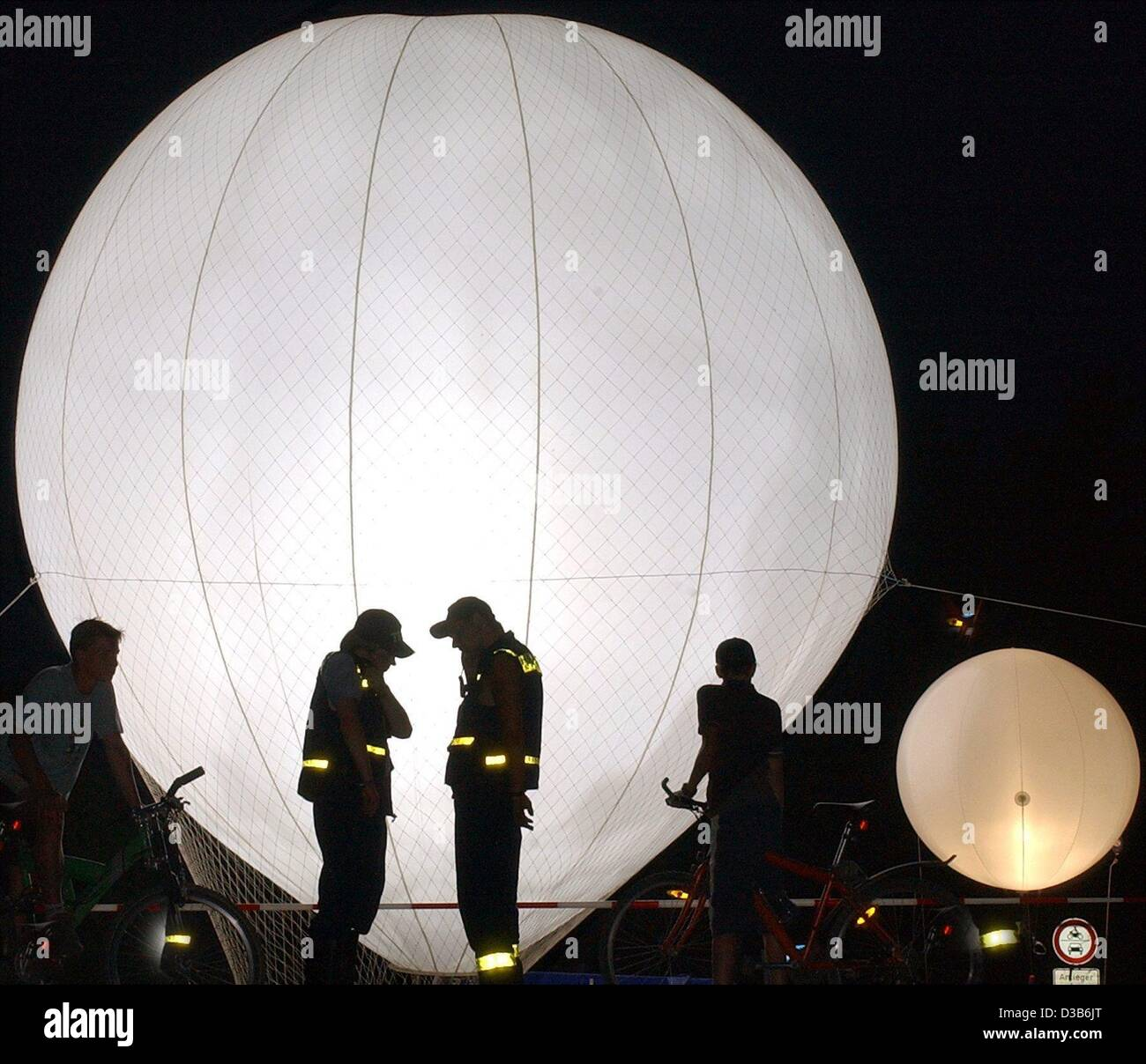 (dpa) - Helium-filled balloons are lifted to the sky in the night of 22 August 2002 to illuminate the city of Eilenburg, - Stock Image