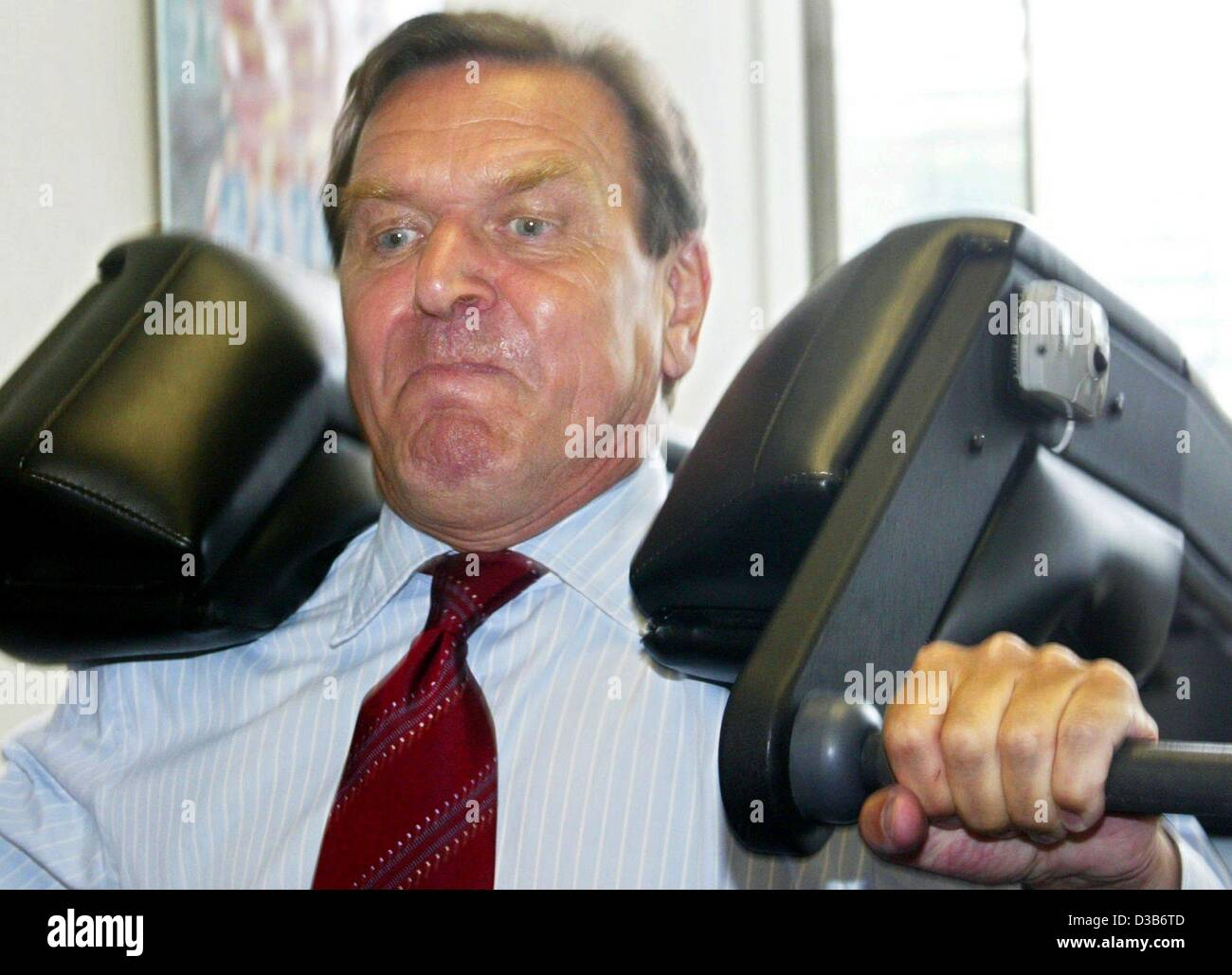 (dpa) - Chancellor Schroeder looks strained as he lifts weights during his visit to the olympic base in Berlin, - Stock Image