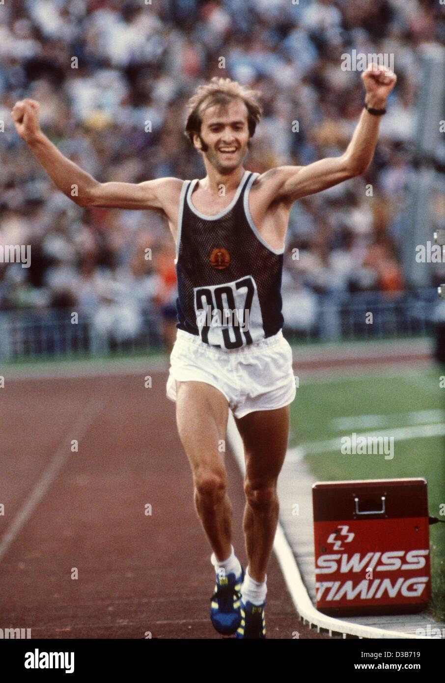 (dpa files) - East German runner Waldemar Cierpinski crosses the finish line of the marathon in the Lenin Stadium - Stock Image