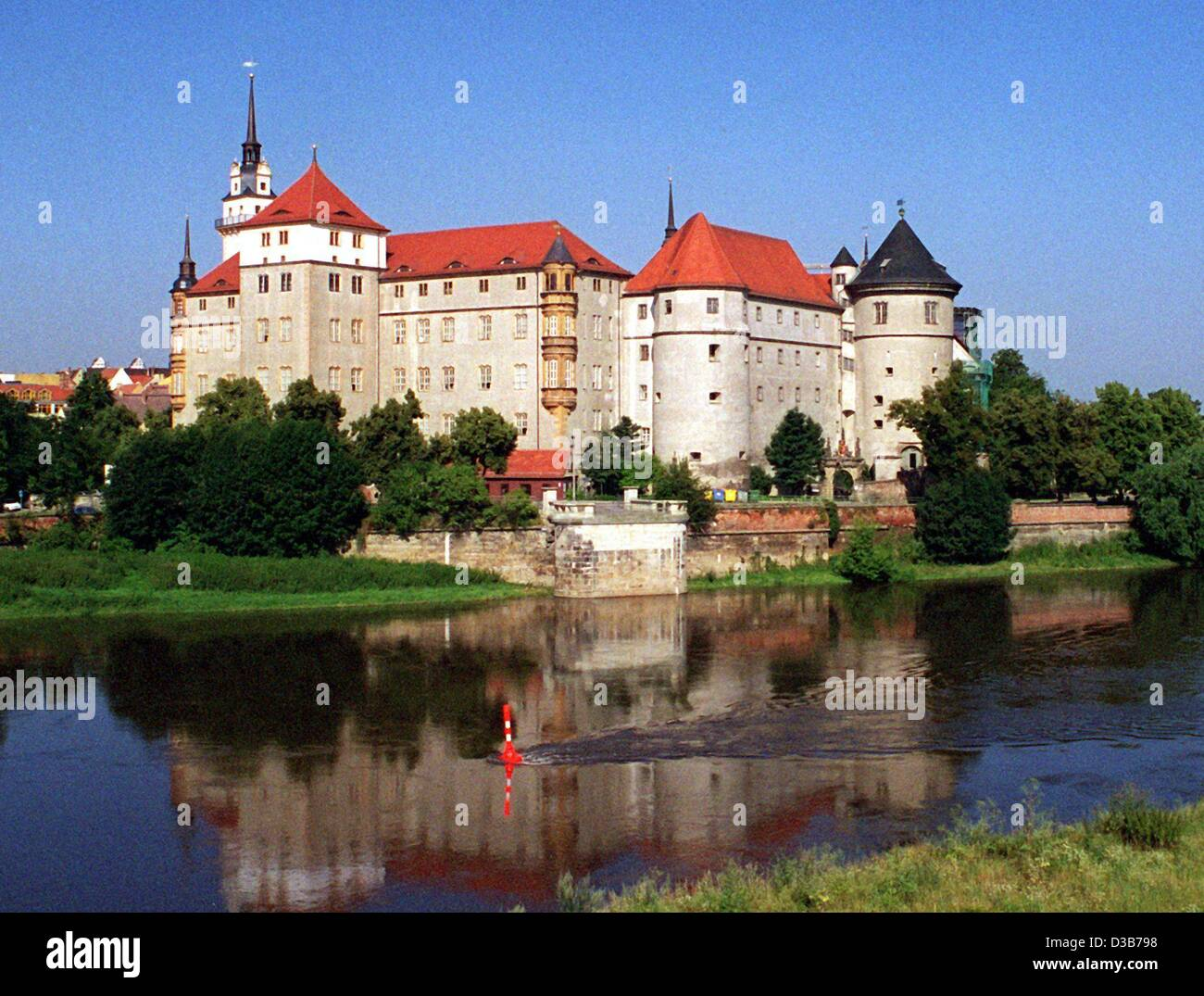(dpa files) - A view across the River Elbe (Labe) to Hartenfels Castle in Torgau, Germany, 24 July 2001. The renaissance Stock Photo