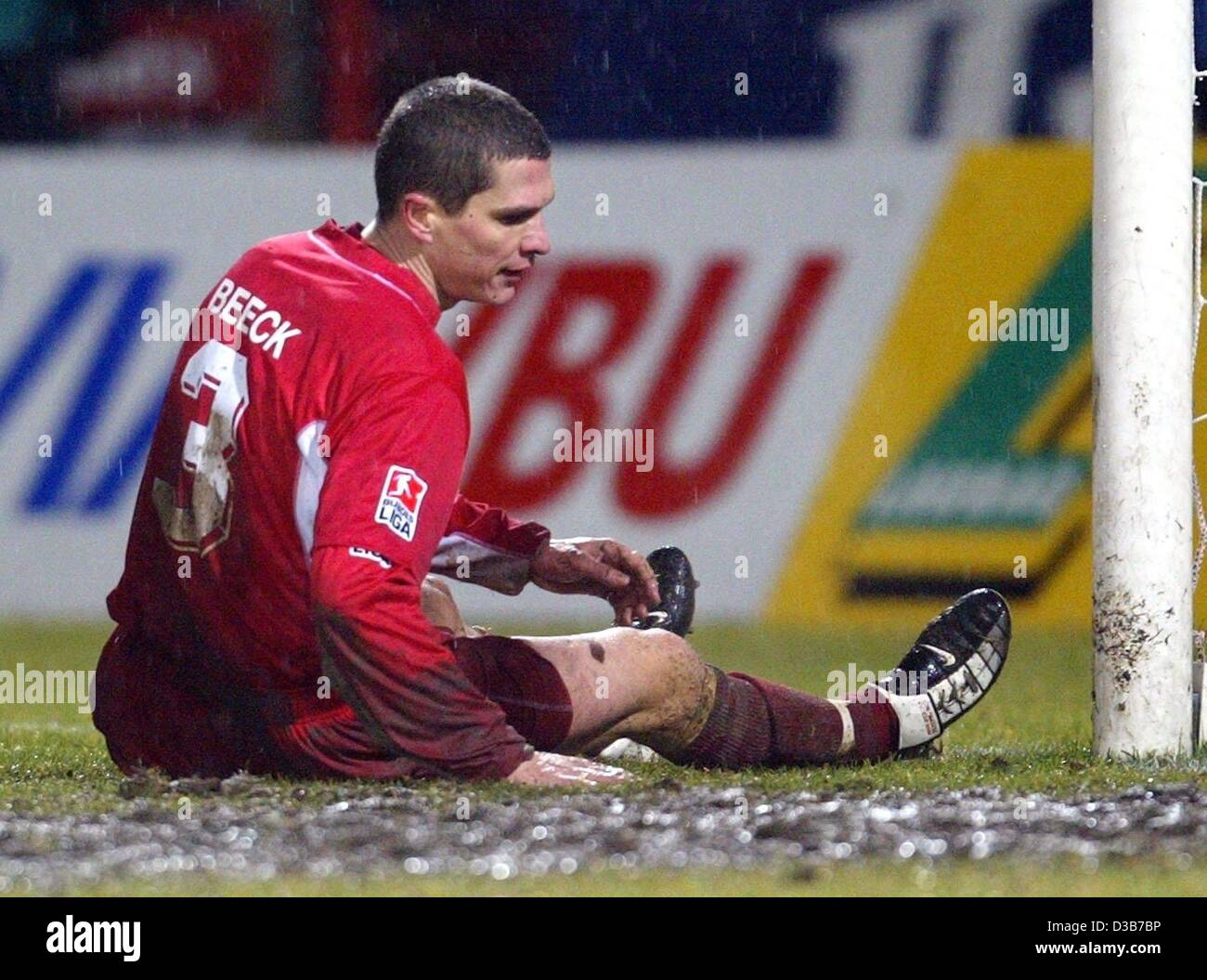 (dpa) - Cottbus' team leader Christian Beeck is downheartedly sitting in front of his team's goal, Cottbus, - Stock Image