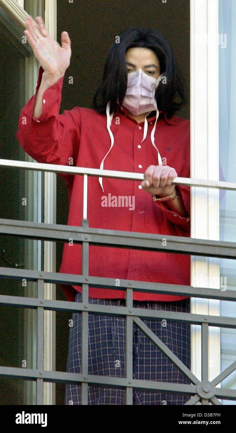 dpa us pop star michael jackson wears his mask as he waves to stock photo 53722469 alamy. Black Bedroom Furniture Sets. Home Design Ideas